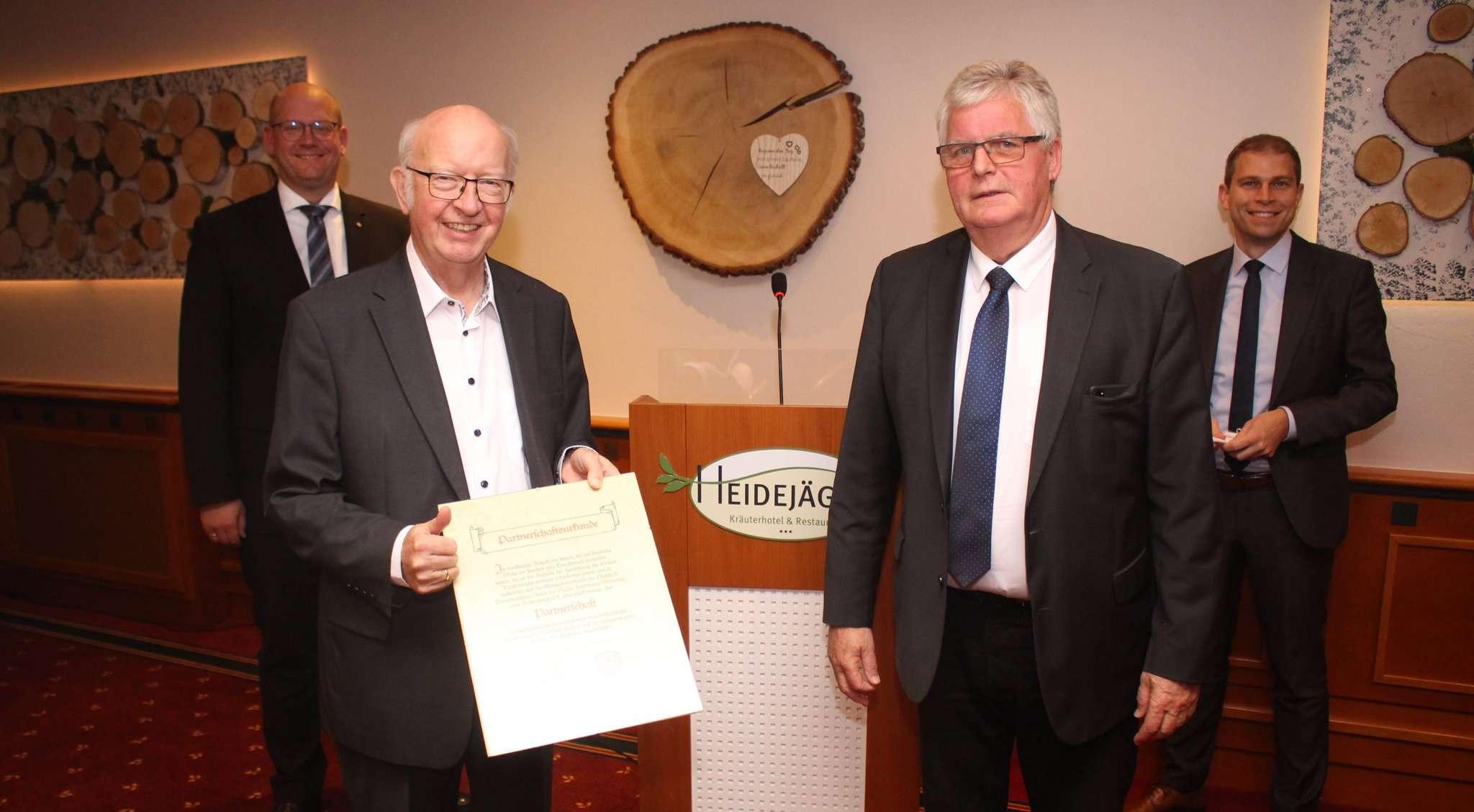 Der CDU-Kreisvorsitzende Marco Mohrmann (von links), Heinz-Günter Bargfrede, Bernd Lange und Eike Holsten mit der Urkunde über die Partnerschaft von 1990.