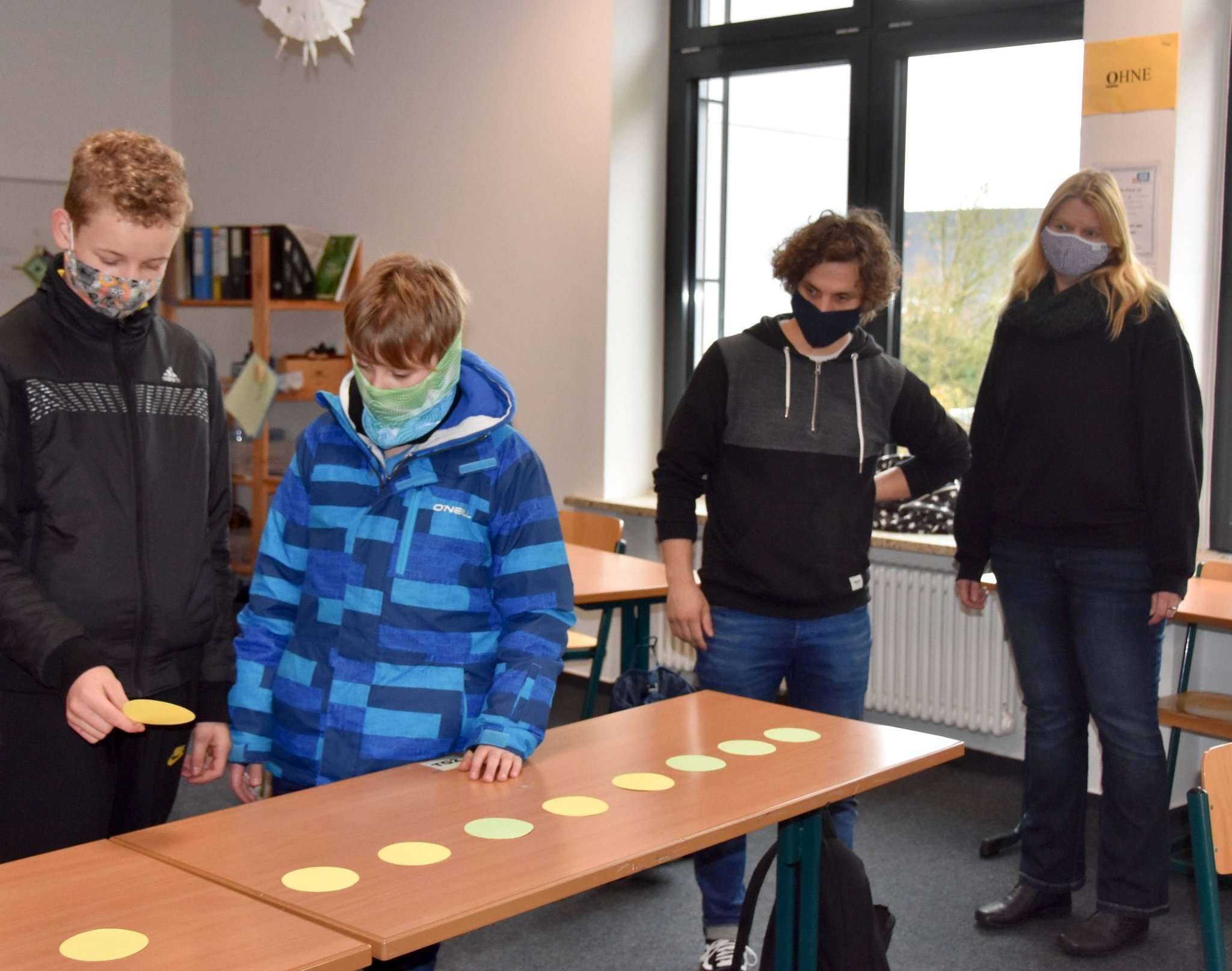 Aufgaben gemeinsam lösen, das üben die beiden Jugendlichen gemeinsam mit Helge Kraus (zweiter von rechts). Sandra Röger bereitet als Schulsozialarbeiterin den Trainingstag gemeinsam mit den Lehrern vor.