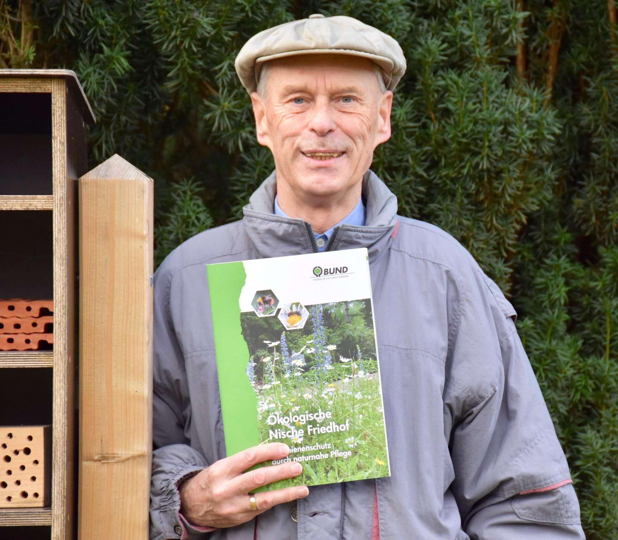 Manfred Radtke zeigt die Nisthilfe und die entsprechende Broschüre des BUND.