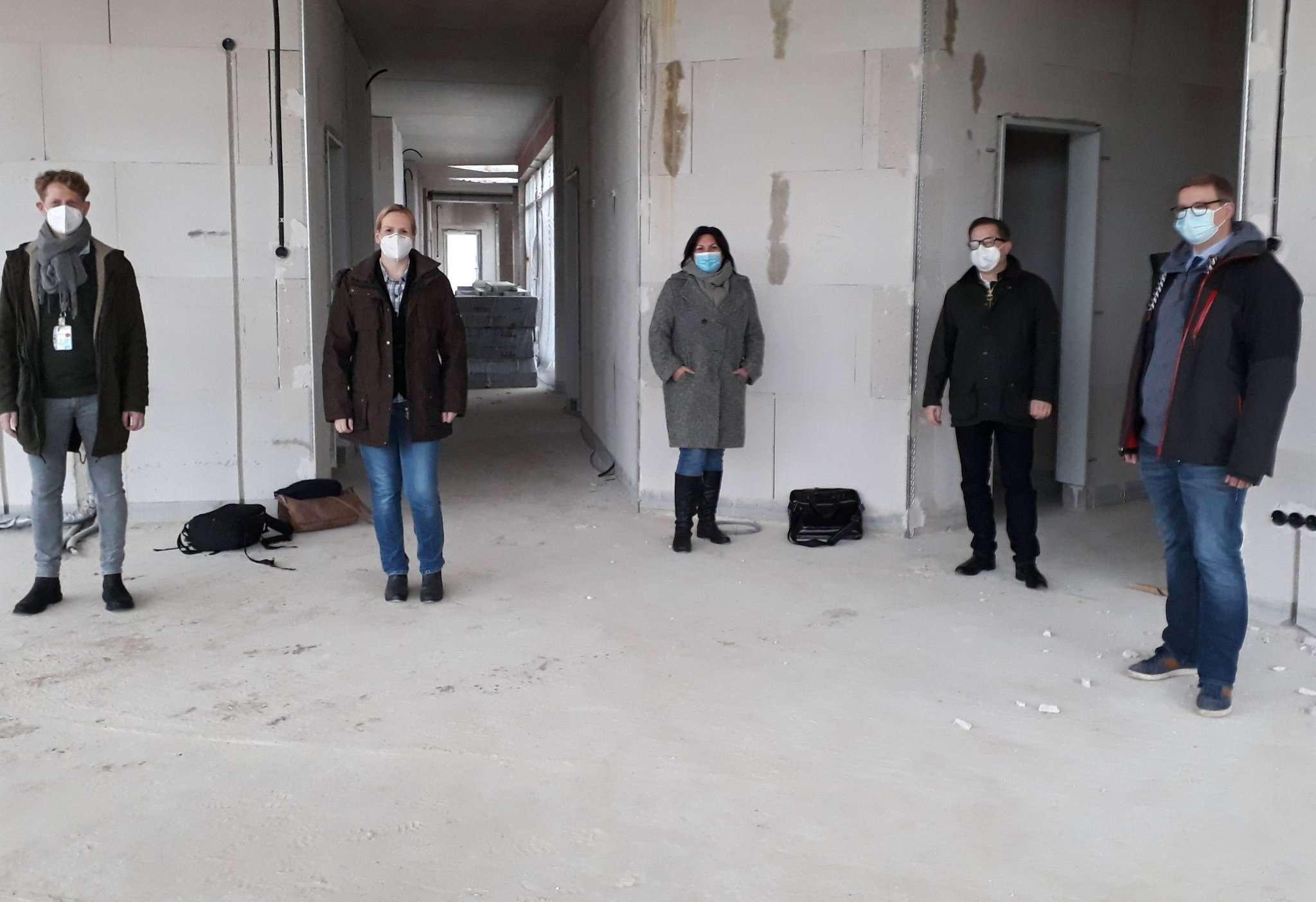 Folke Dittmer (von links), Sandra Sabrina Groß, Sandra Köbe, Matthias Richter und Johannes Stephens besichtigen die Baustelle.