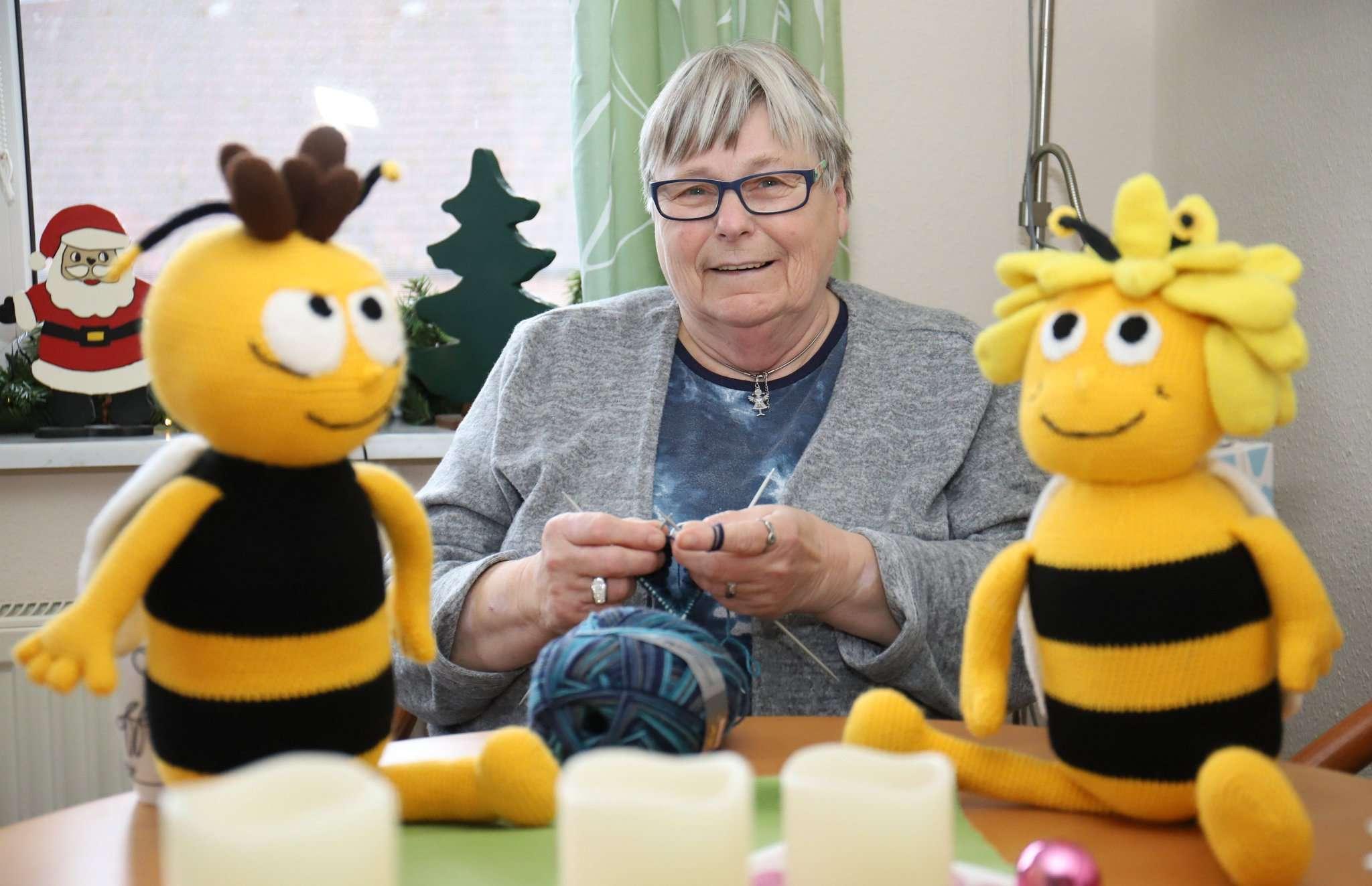Rosi Holzer-Flatow stickt und häkelt jeden Abend für vier bis fünf Stunden: Etwa eine Woche dauert es, bis Biene Maja oder Willi fertig ist.