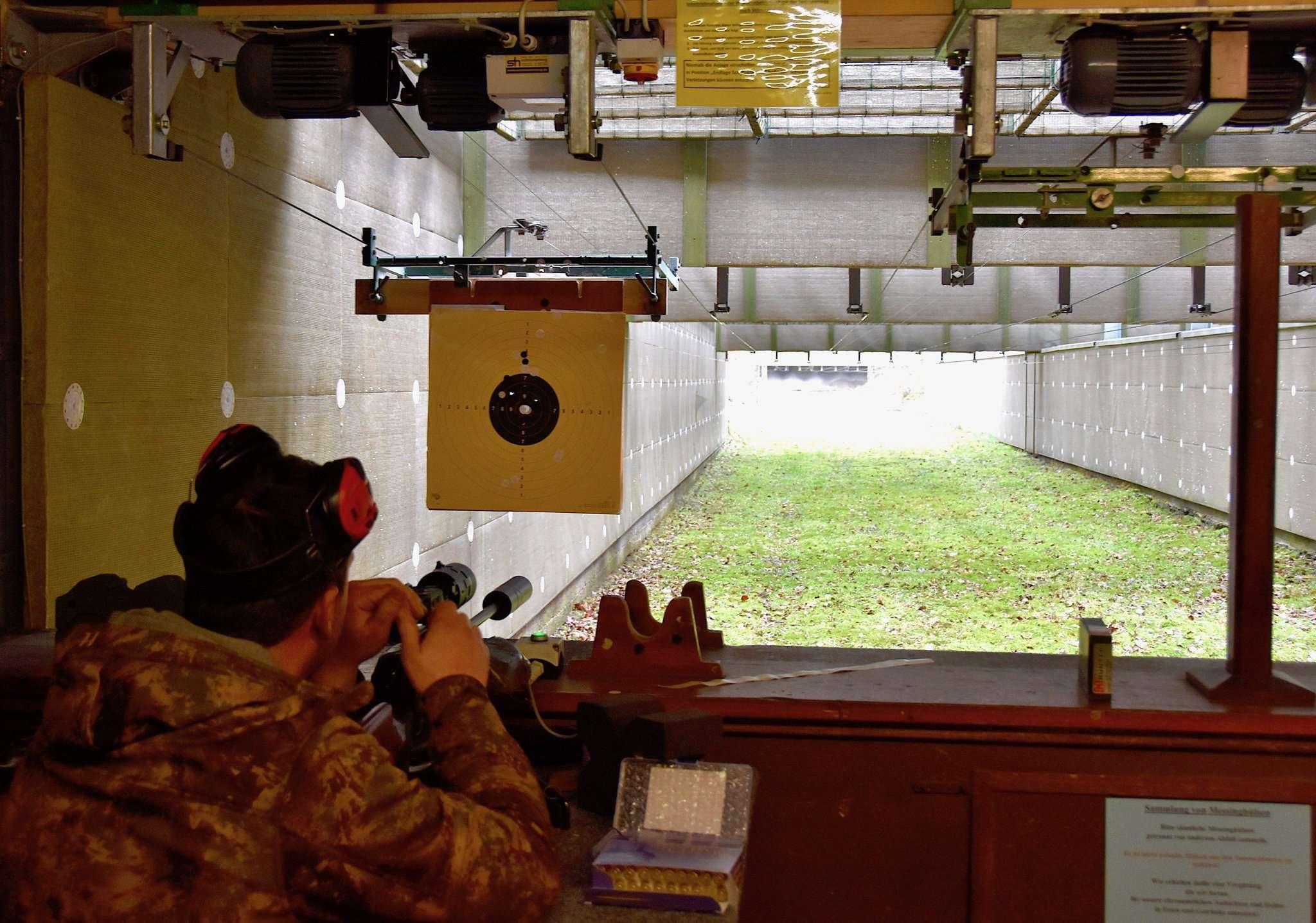 Nur Jäger mir Jagdschein wie hier Andru00e9 Boller dürfen derzeit den Schießstand zum Üben nutzen.