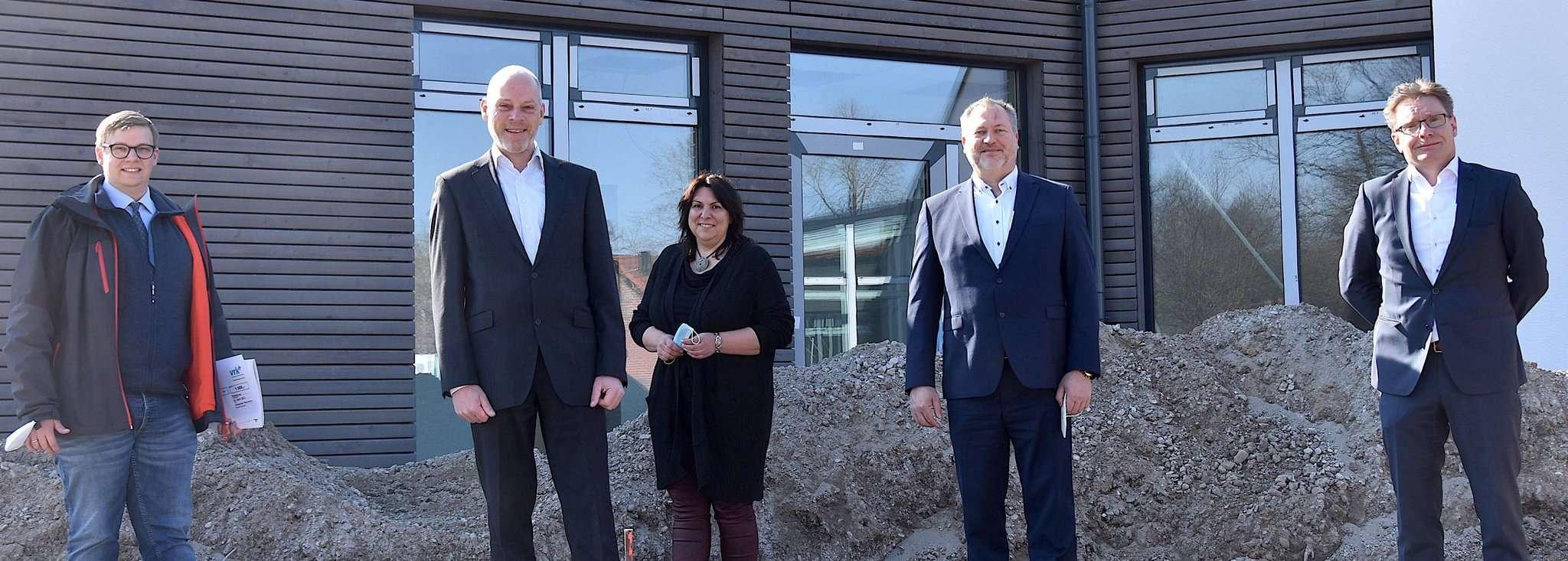 Johannes Stephens (von links), Gero von Maydell, Sandra Köbe, Alexander Plaumann und Henning Peters besuchen die Baustelle u2013 bald wird das Hospiz eröffnet.