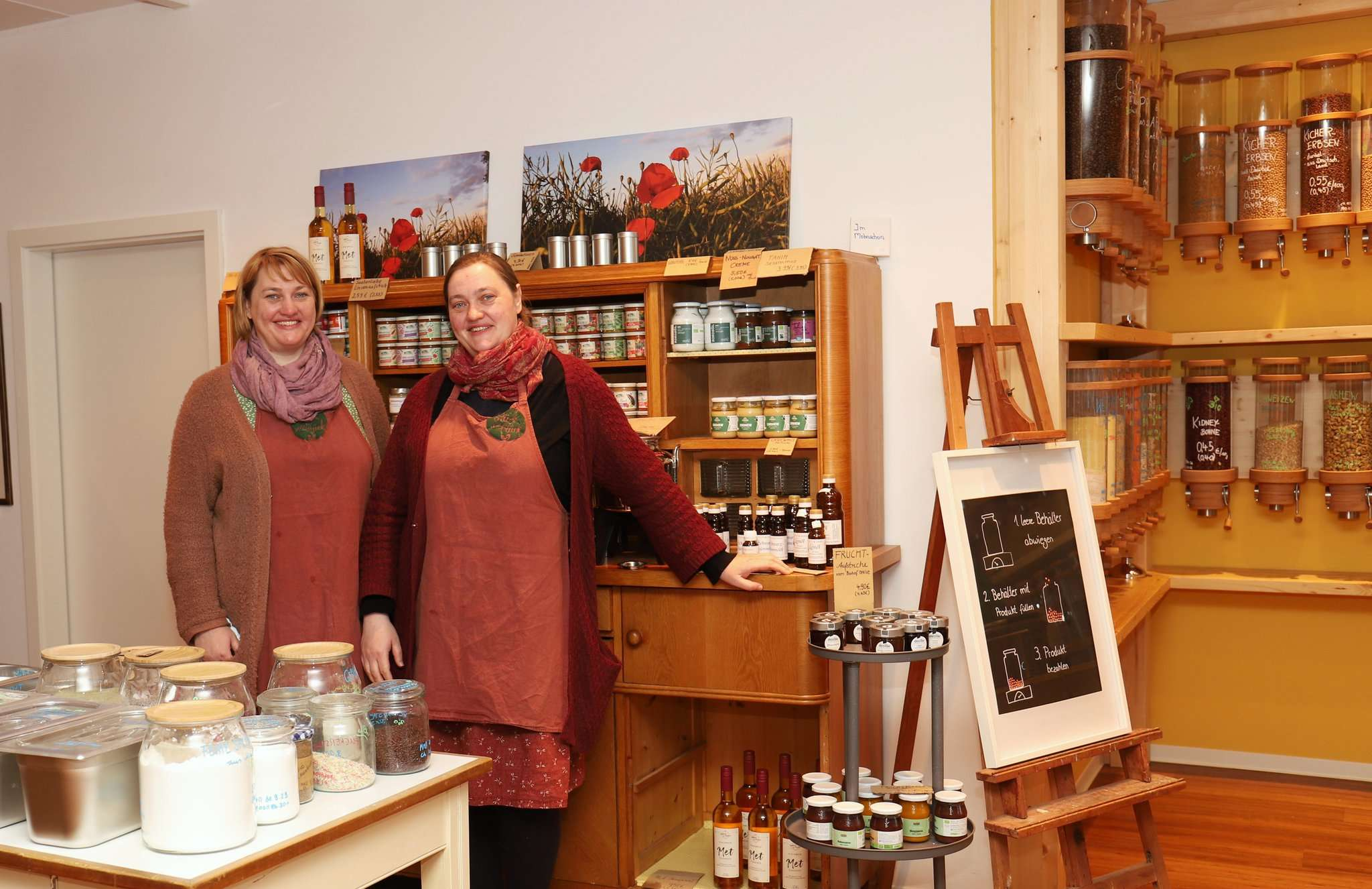 Antje (links) und Anja Doil setzen die Anregungen von Kunden um.