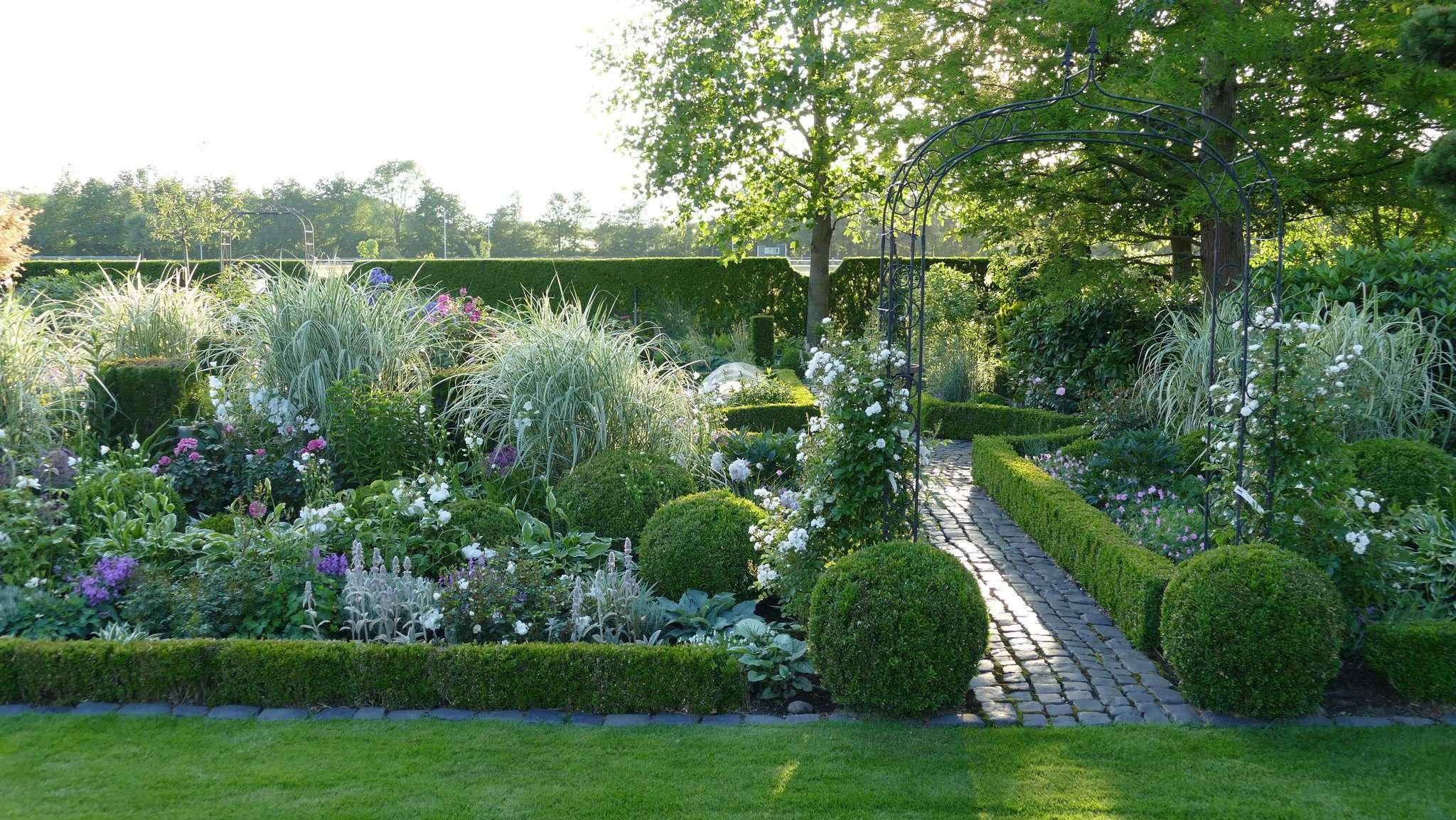 Im Garten von Helga und Wolfgang Herglotz in Essel fügen sich unterschiedliche Pflanzen, wie die Noten eines Musikstücks, zusammen.