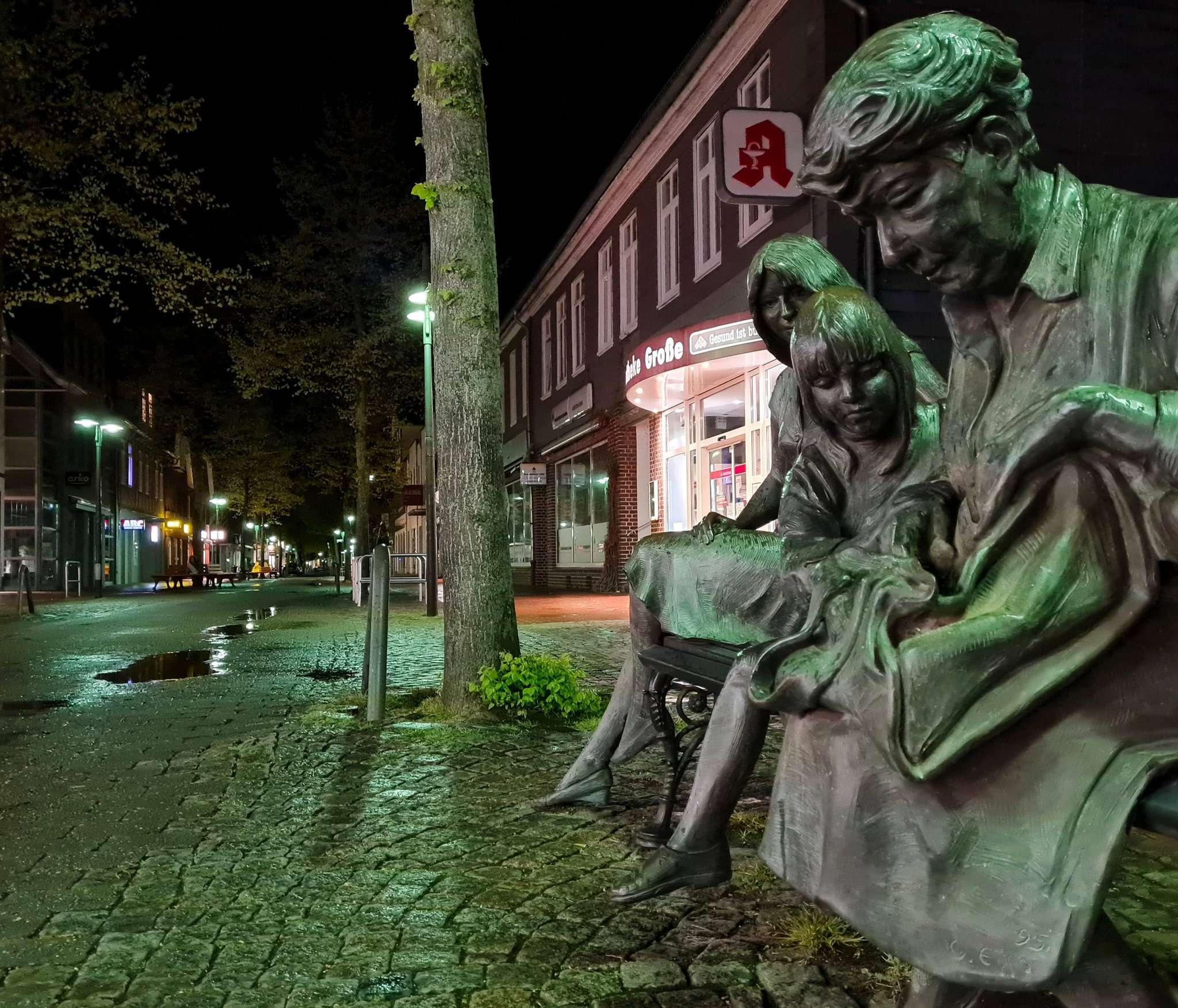 Nachts sind in der Fußgängerzone von Rotenburg wenige unterwegs u2013 und wenn, dann dürfen sie das auch. In diesem Fall sogar zusammen.