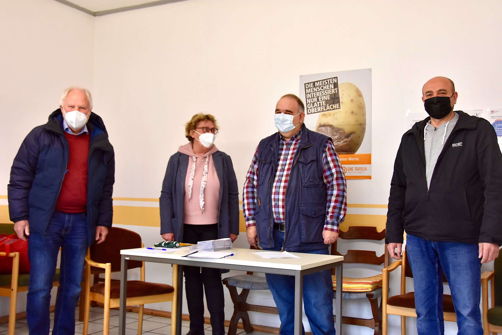 Eckhard Lang, Martina Seifert, Hero Feenders und Khaled Atriss verteilen Essen und heute auch eine Spende in Höhe von 30 Euro pro Kind für bedürftige Familien.