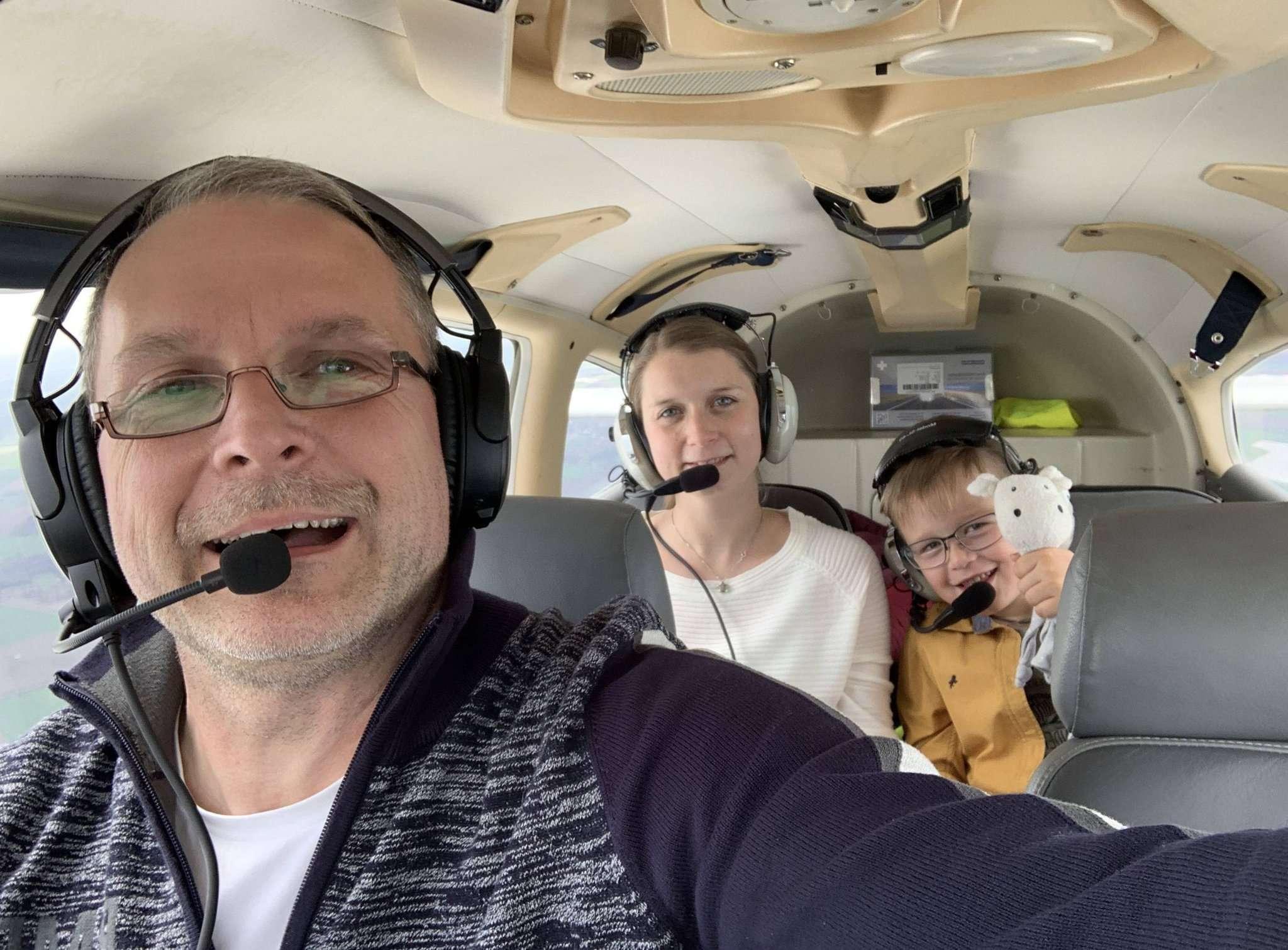 Nach ein paar Minuten in der Luft ist der sechsjährige Tilo nicht mehr so aufgeregt. Er hat zur Unterstützung Mutter Ina und Schnuffeltuch Nils mitgenommen. Pilot Michael Meints hatte eine Route ausgearbeitet.
