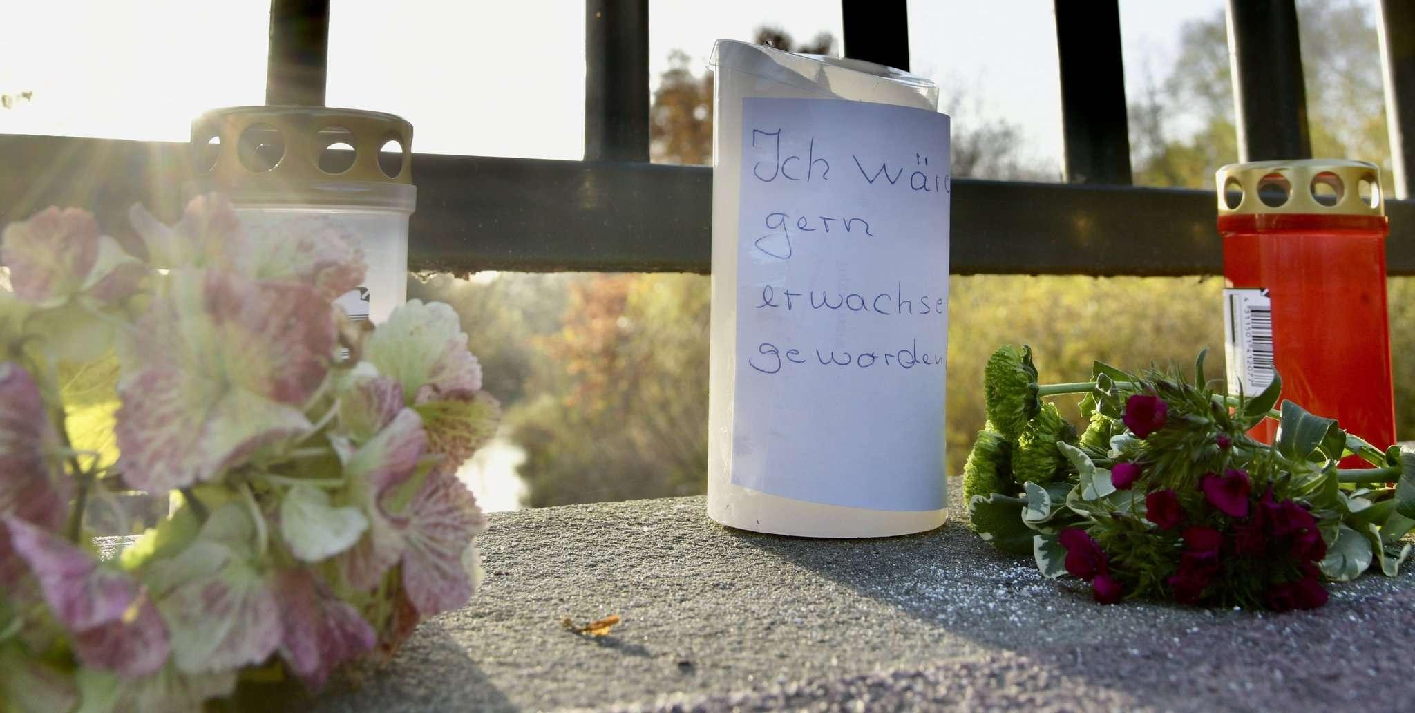 Auf der Rotenburger Amtsbrücke hatten Menschen nach der Tat im November ihrer Trauer Ausdruck verliehen. Auf einer Kerze ist der Satz zu lesen: