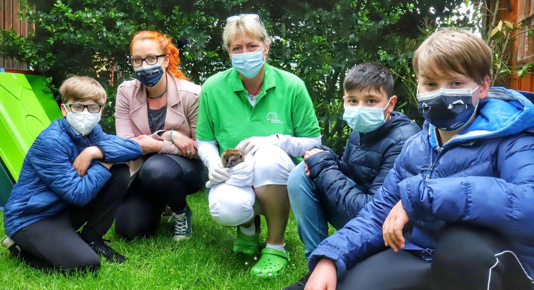 Wiedersehen von Igeldame Happy mit ihren Lebensrettern: Mutter Nicole Michael (l.) und Merwel Otto-Link sind stolz auf Marlin (v. l.), Cem und Miko.