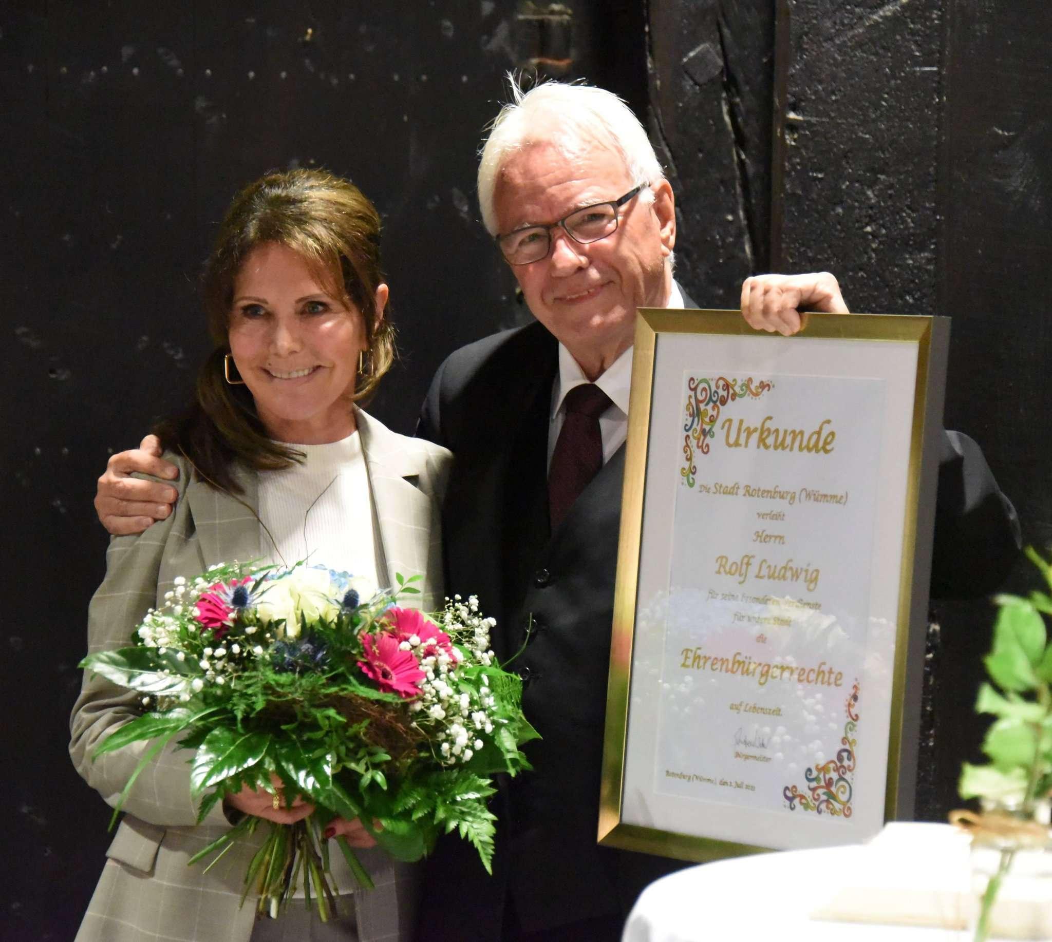 Nach der Urkundenübergabe: Rolf Ludwig legt großen Wert darauf, auch Frau Gabi und seinen Kindern für ihre Geduld und Unterstützung zu danken.