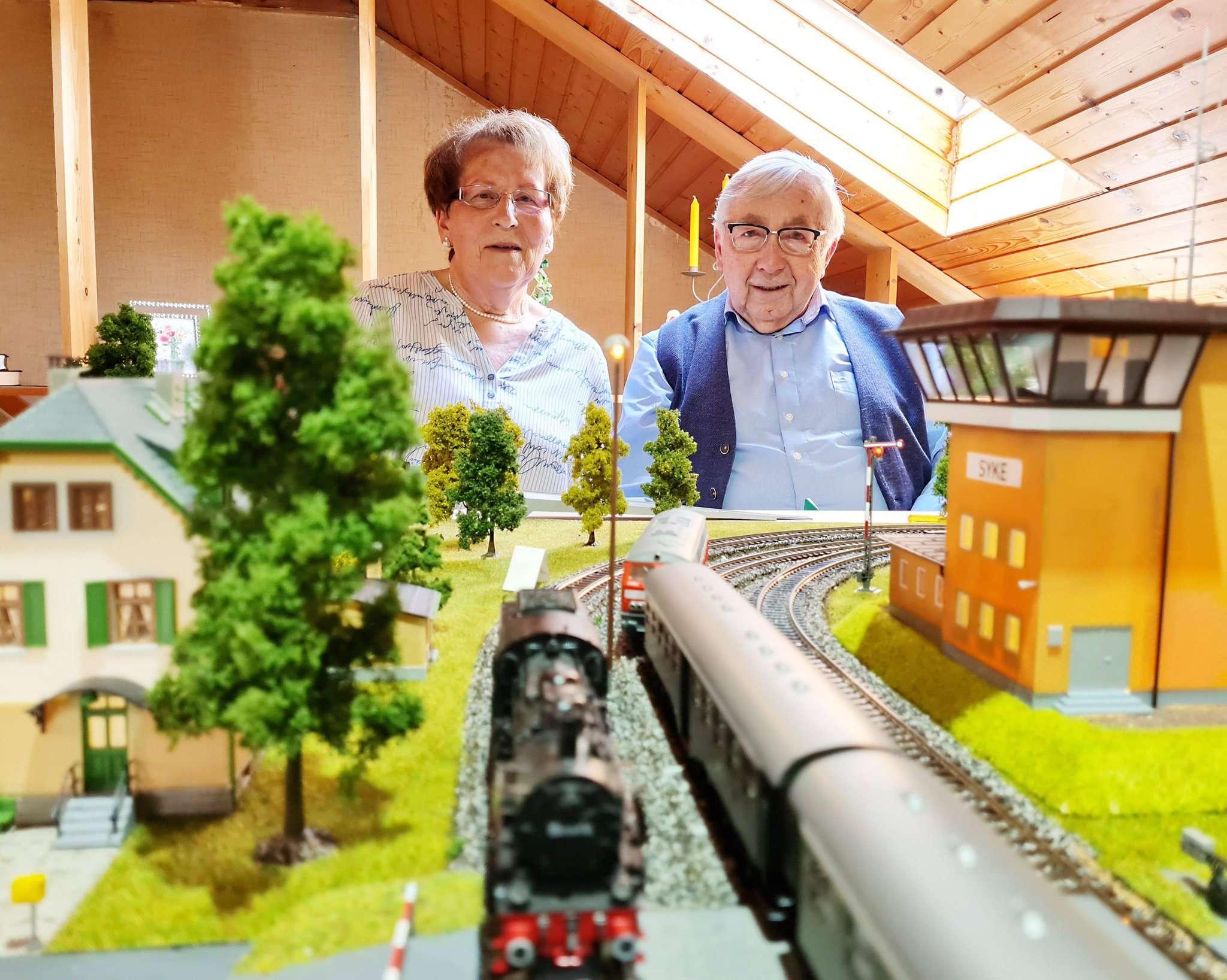 Haben ihre Leidenschaft für Modellbau entdeckt: Annemarie und Hermann Kuhlmann entspannen, wenn sie ihre Züge über die Gleise rattern lassen.