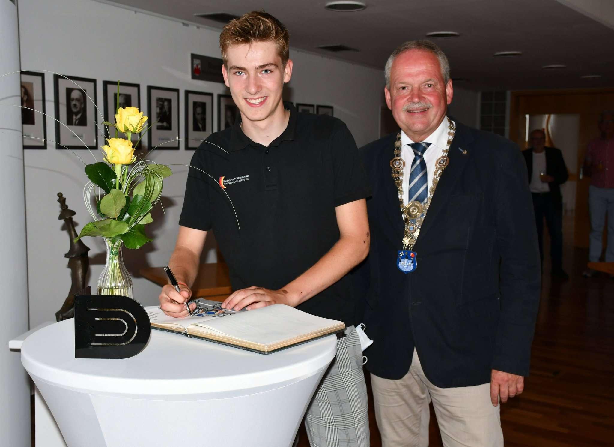 Als einer der jüngsten Sportler verewigte sich Jasper Schröder (links) im Ratssaal im Gästebuch der Stadt Rotenburg. Andreas Weber trug zu diesem Anlass sogar seine Bürgermeisterkette.