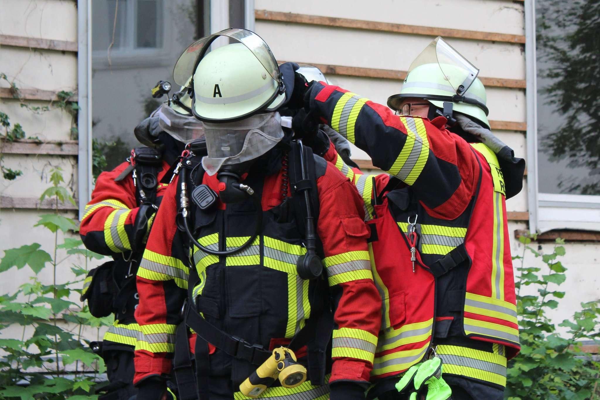 Brandmeister vom Dienst Heiko Miesner gibt den Atemschutzgeräteträgern Anweisungen, dann geht es in das Gebäude.