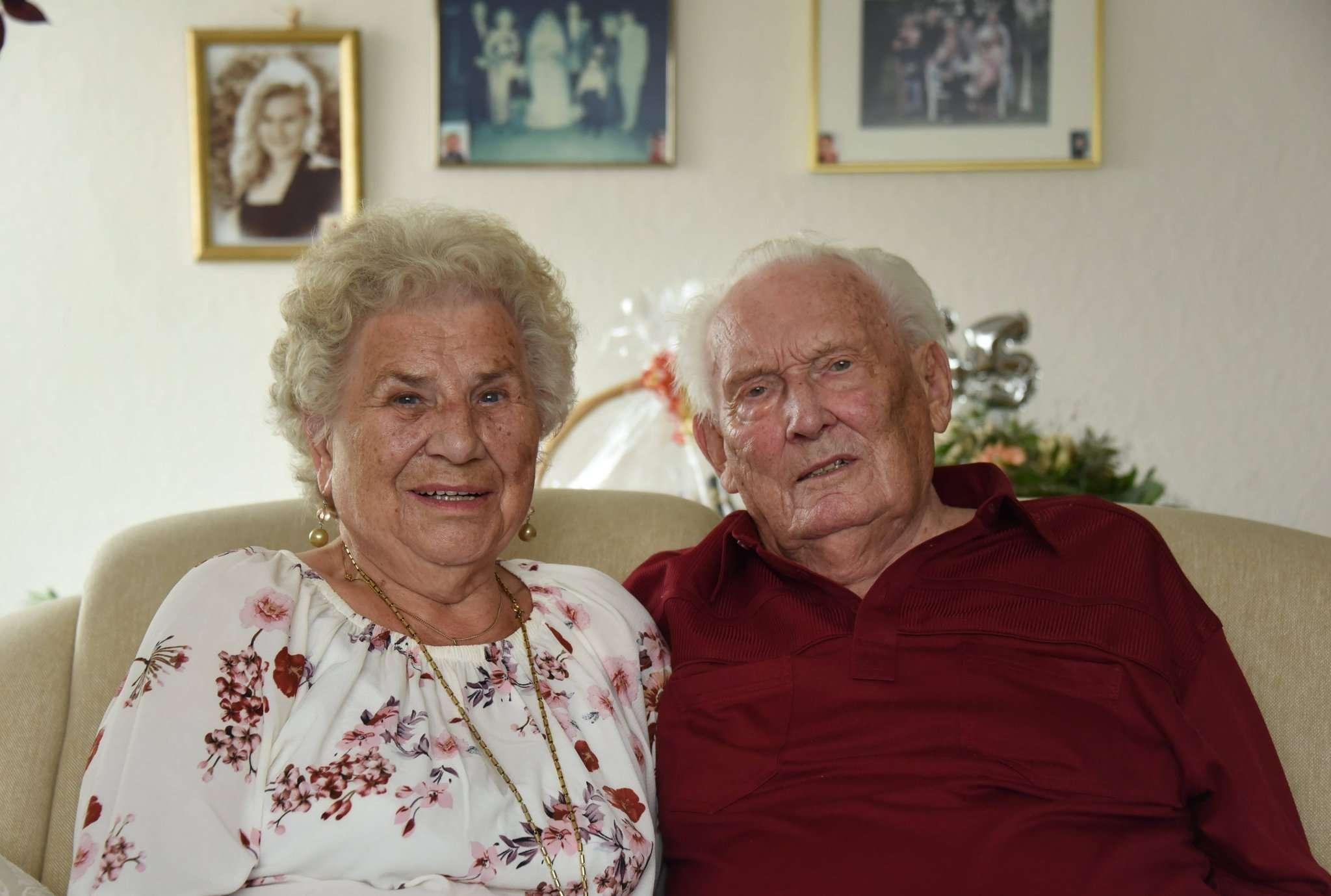 Elly und Helmut Ludwig lachen seit über 65 Jahren gemeinsam.