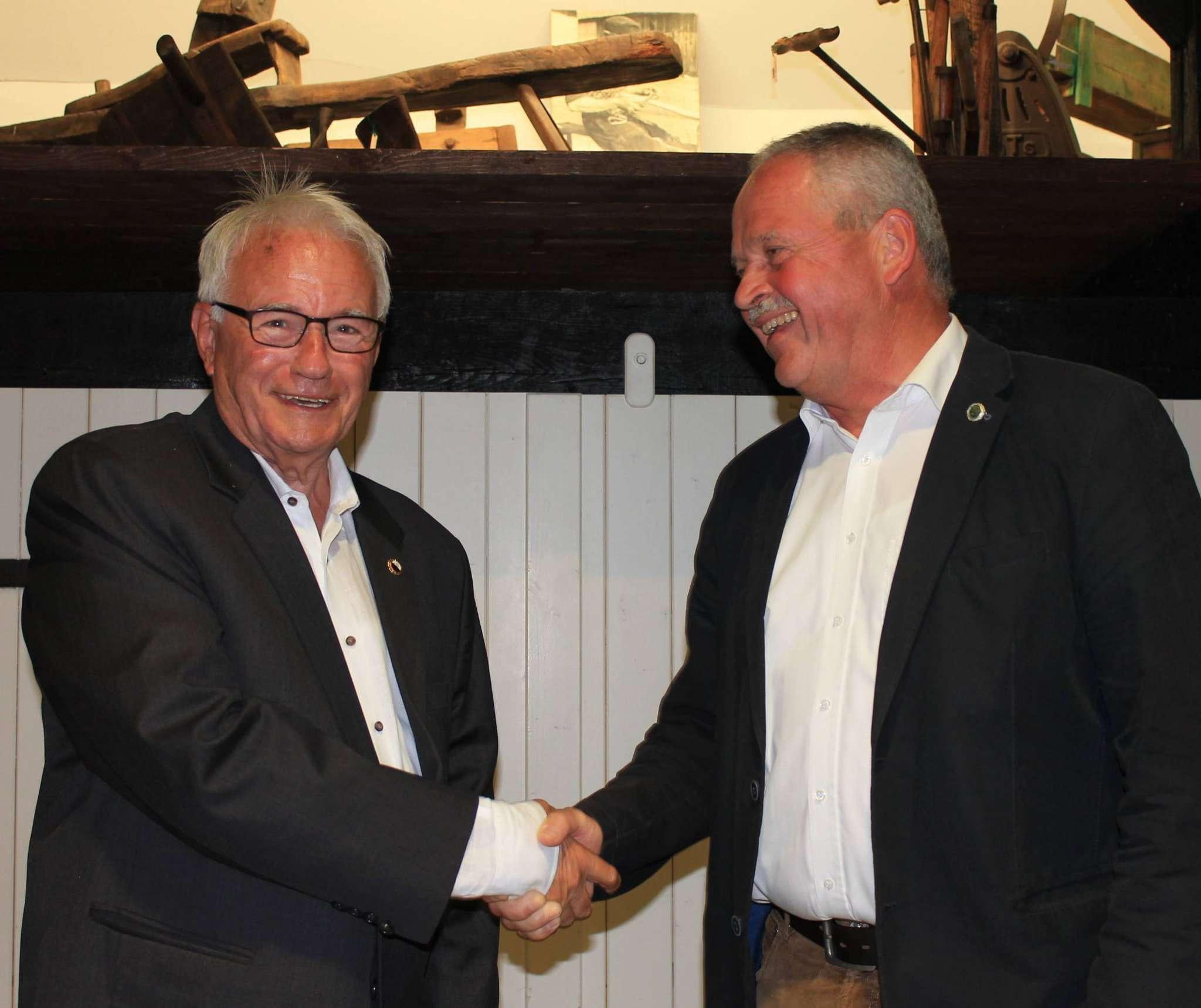 Gegenseitige Glückwünsche: Während Rolf Ludwig (l.) seinem Nachfolger Andreas Weber gratuliert, wird er selbst Ehrenvorsitzender des TuS Rotenburg.