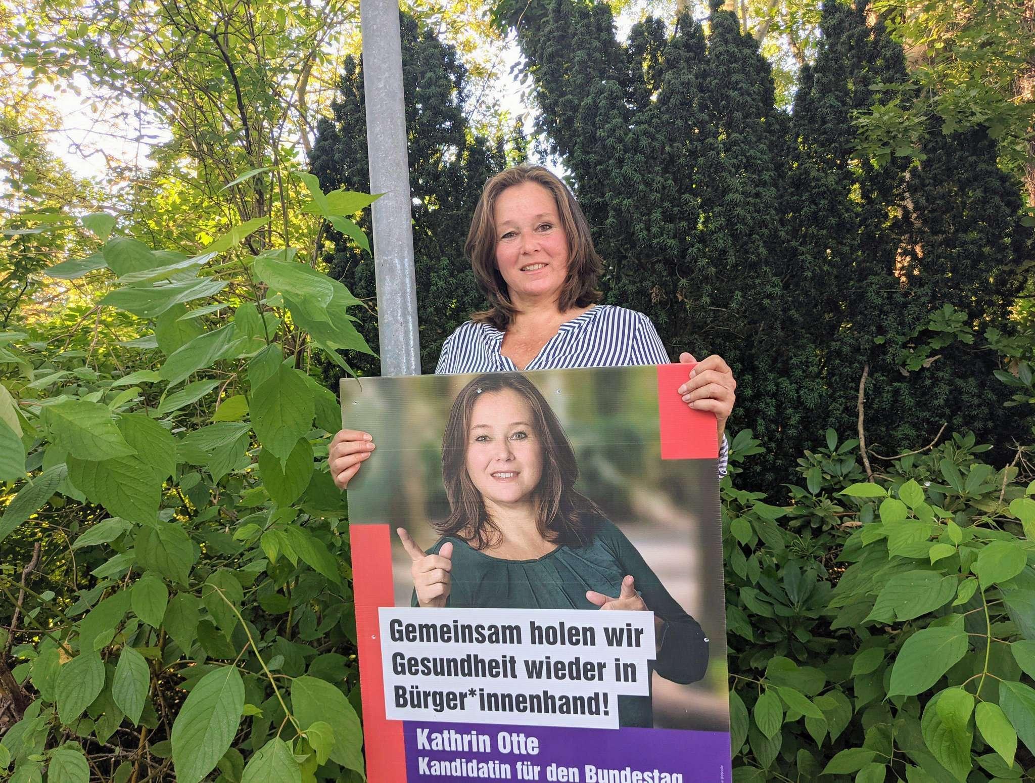 Vor der Laterne: Kathrin Otte hat in Rotenburg ihre Wahlplakate selbst aufgehängt.