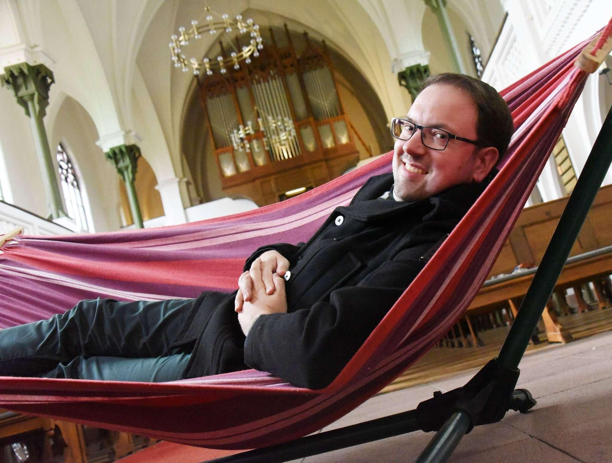 Beim Testliegen in der Hängematte: Simon Schumacher, Kantor Stadtkirche Rotenburg, freut sich auf das Orgelkonzert in der Stadtkirche.