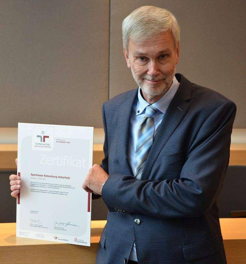 Ingo Marquardt, Leiter des Bereiches Personal bei der Sparkasse Rotenburg Osterholz, freut sich über das Zertifikat.
