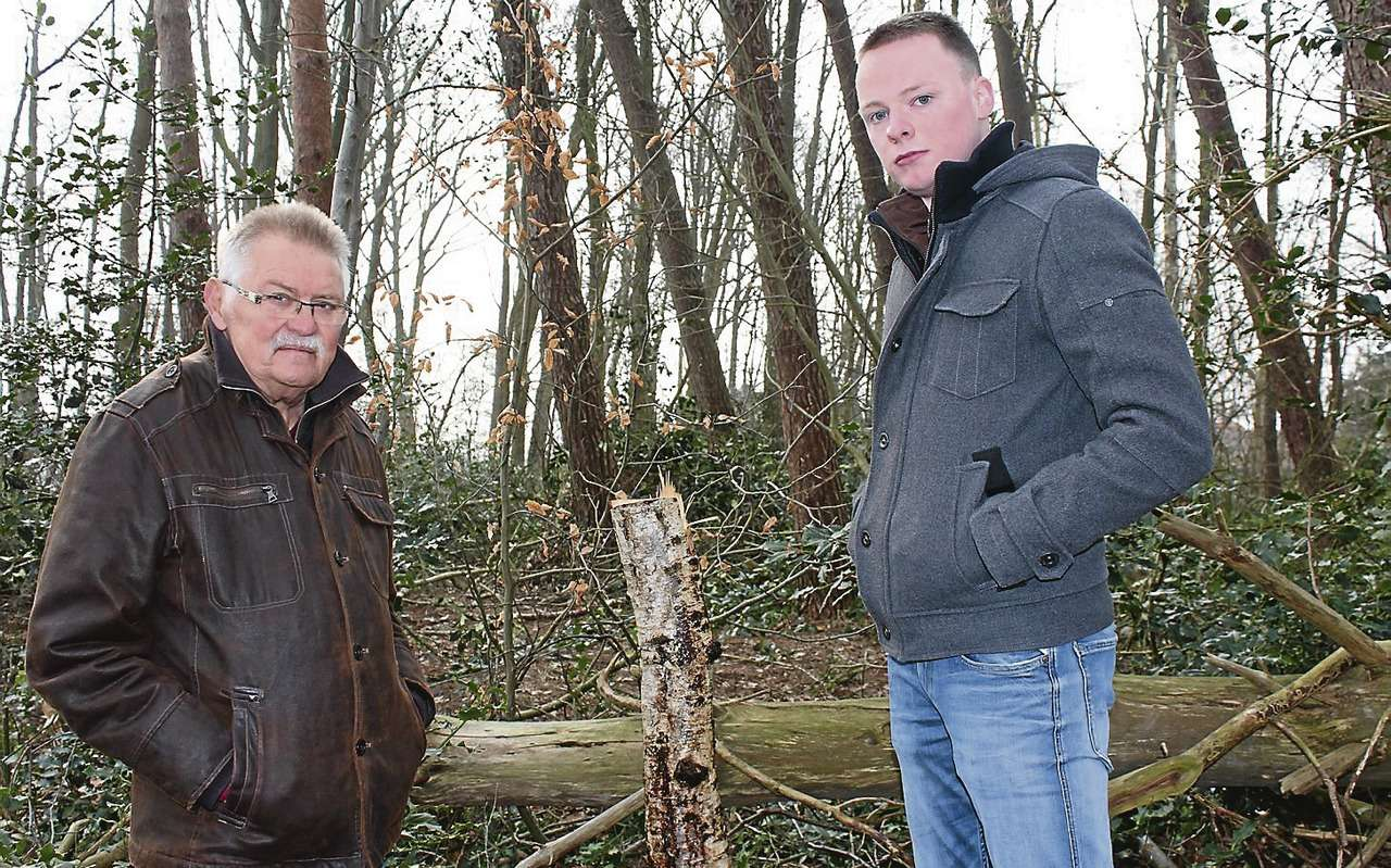 Detlef Steppat (links) und Christian Lindner sind sprachlos angesichts der Verwüstung auf dem Feuerwehrhausgelände in Jeersdorf. Mehrere Bäume wurden abgesägt.
