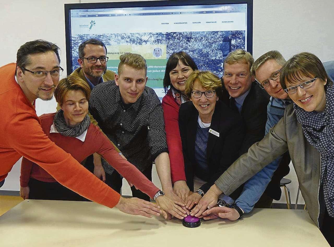 Gemeinsam drücken die Vertreter der Scheeßeler Schulen, Kitas und Gewerbebetriebe den Buzzer zum Start der Internetseite des Scheeßeler Bildunsgweges.