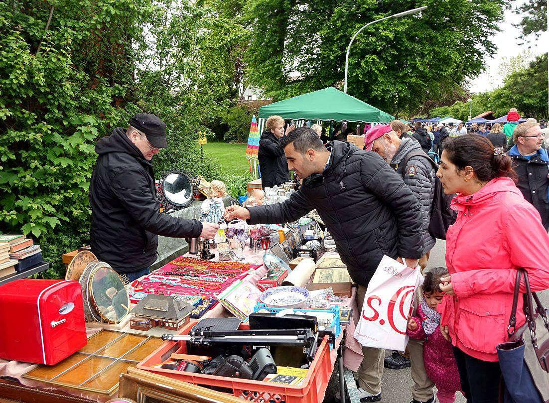 Beim Straßenflohmarkt in Westerholz tummeln sich an Himmelfahrt viele Händler und Schnäppchenjäger.