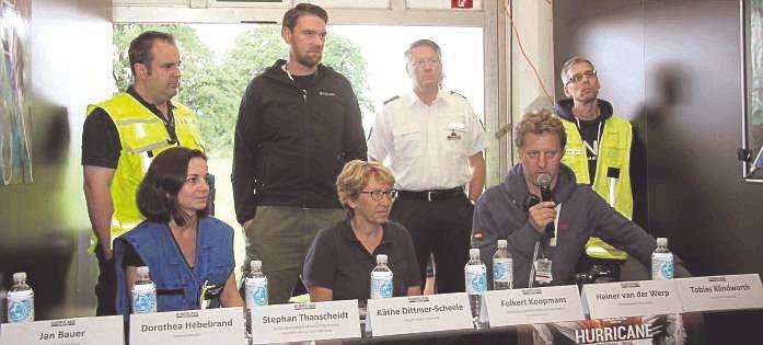 Jan Bauer (von links), Ärztin Dorthea Hebebrand, Stephan Thanscheidt, Käthe Dittmer-Scheele, Heiner van der Werp, Folkert Koopmans und Tobias Klindworth (Feuerwehr) zogen Bilanz nach der Wasserschlacht.