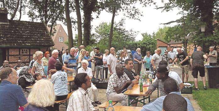 Gut Ding will Weile haben: Mit der Zeit füllte sich das Gelände vom Heiks-Park in Jeersdorf mit vielen Ehrenamtlern und Flüchtlingen.