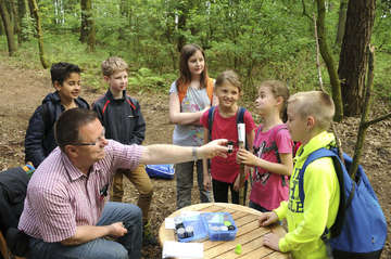 Grundschüler entdecken spielerisch das Jeersdorfer Holz