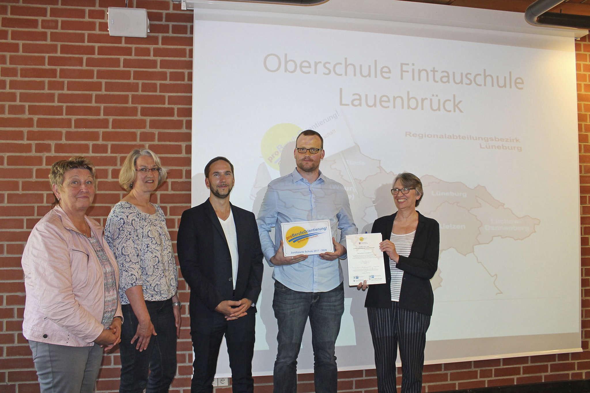 Monika Behrens, Heidrun von Wieding, Manfred Busch, Simon Hermsdorf und Elke Starostzik (von links) freuten sich sehr über die Auszeichnung, die der Fintauschule überreicht wurde.