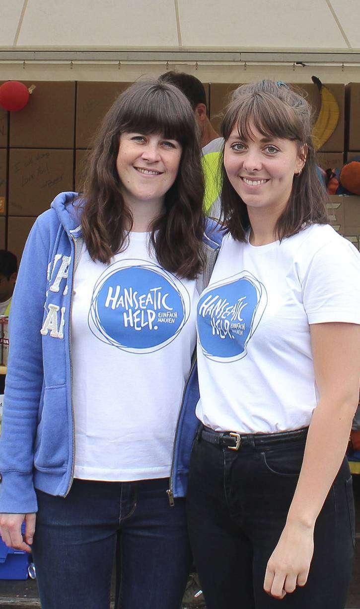 Julika Hettlich (links) und Fabienne Hackel sammeln die Sachspenden der Festivalbesucher ein. Foto: Ann-Christin Beims
