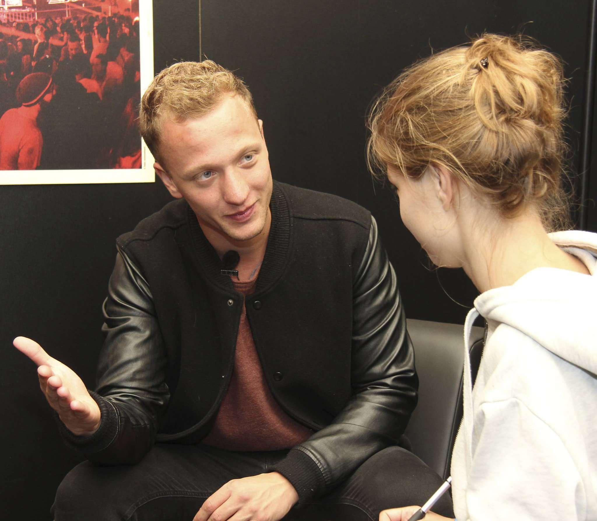 Joris im Gespräch mit Janila Dierks. Foto: Nina Baucke