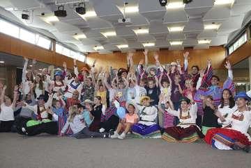 Farbenpracht Gesang und Tanz beim Kinderferienprogramm  Von AnnChristin Beims