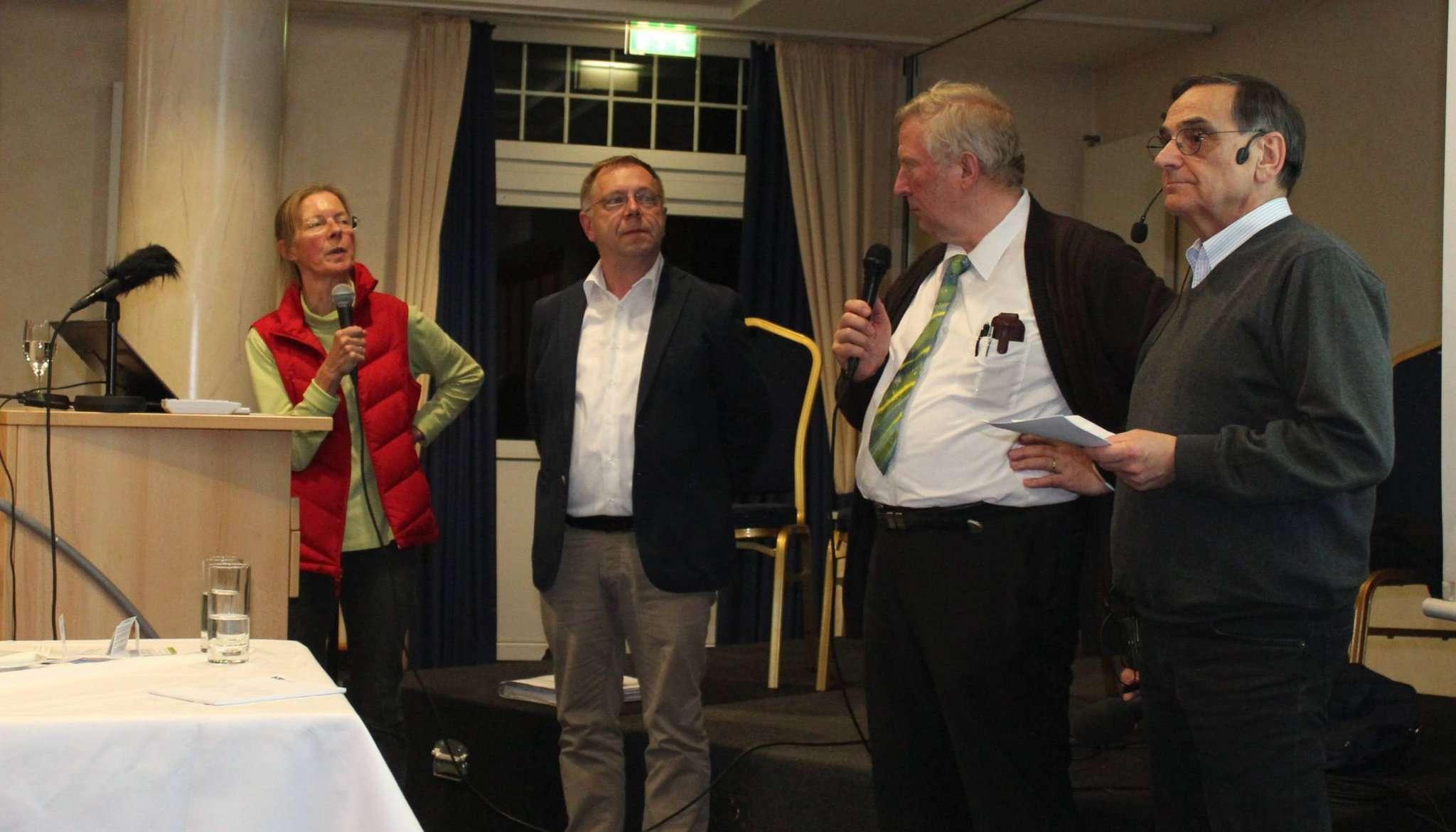 Christiane Looks (von links), Matthias Elsner und Lothar W. Meyer gaben Informationen zum Thema Windkraft. Foto: Ann-Christin Beims