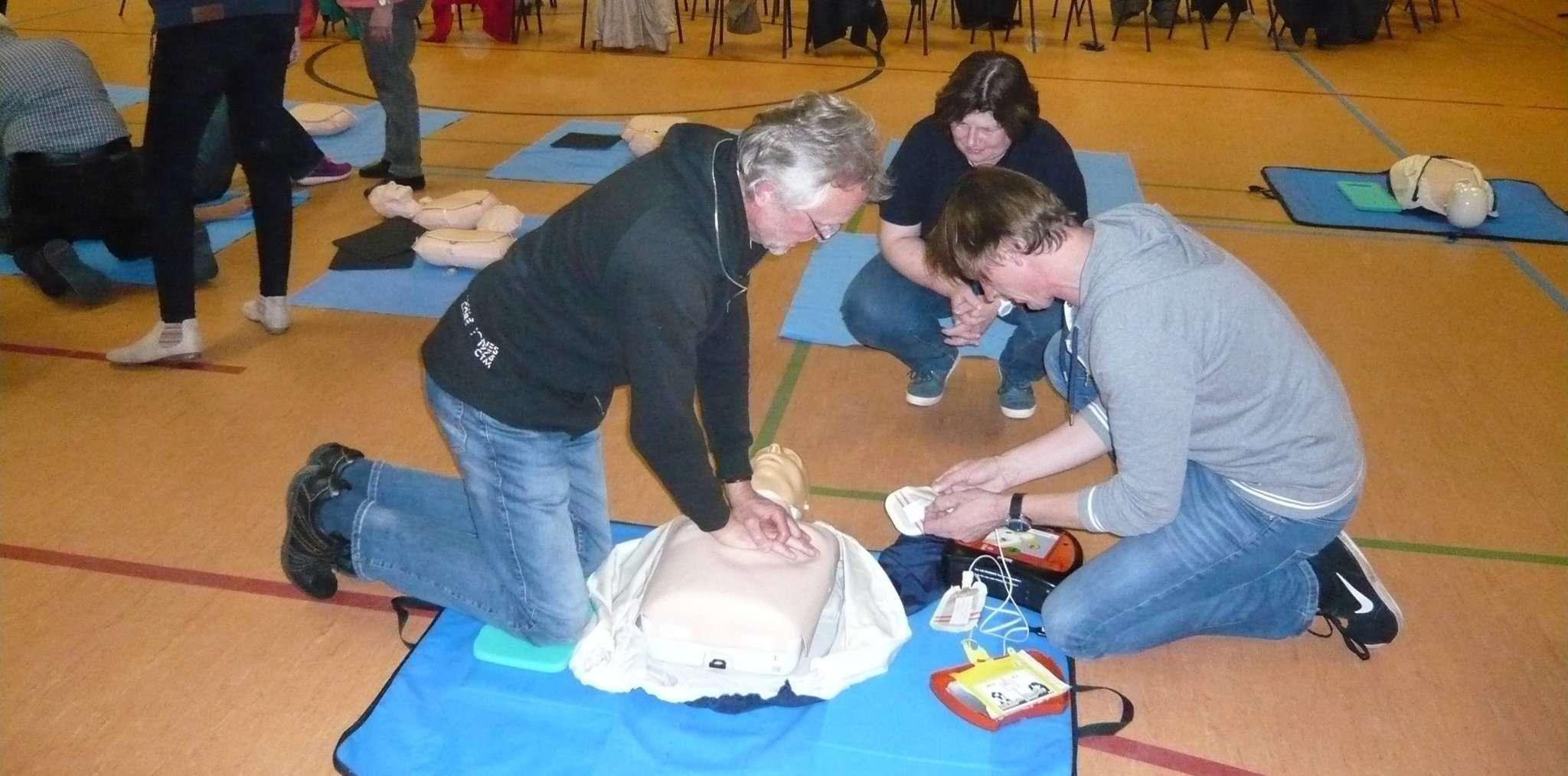 36 Bartelsdorfer nahmen an einer zweistündigen Schulung am Defibrillator teil.