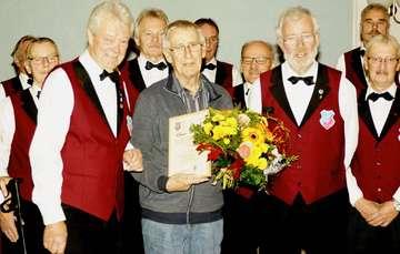 Chorleiter Gernot Kaßburg verabschiedet sich