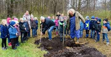 Grundschulkinder pflanzen alte Apfelsorten  Von KlausDieter Plage