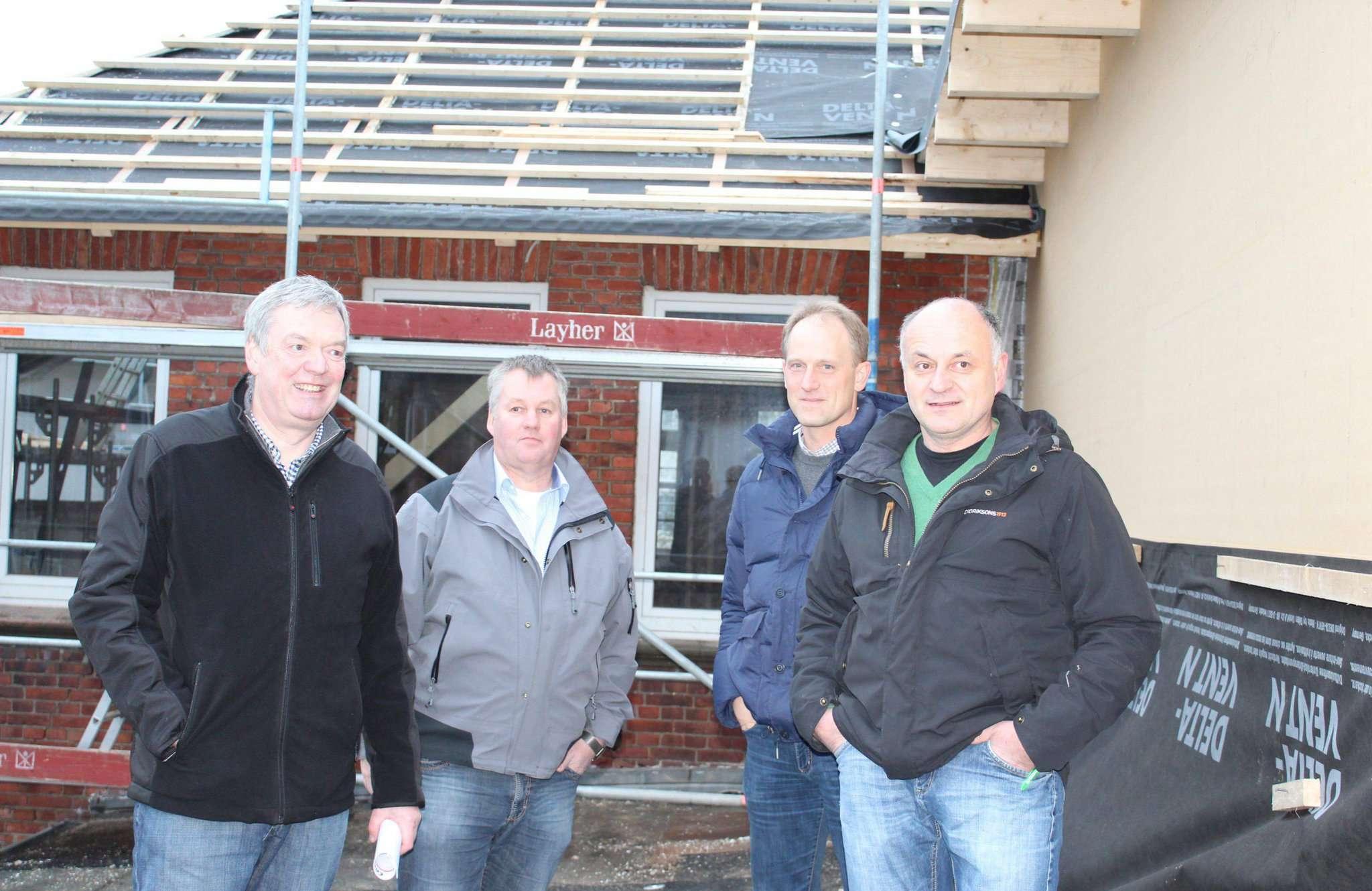 Burkhard Schmidt (von links), Martin Behrens, Thomas Miesner und Hartmut Berning schauen sich die Fortschritte im Gebäude an. Fotos: Ann-Christin Beims