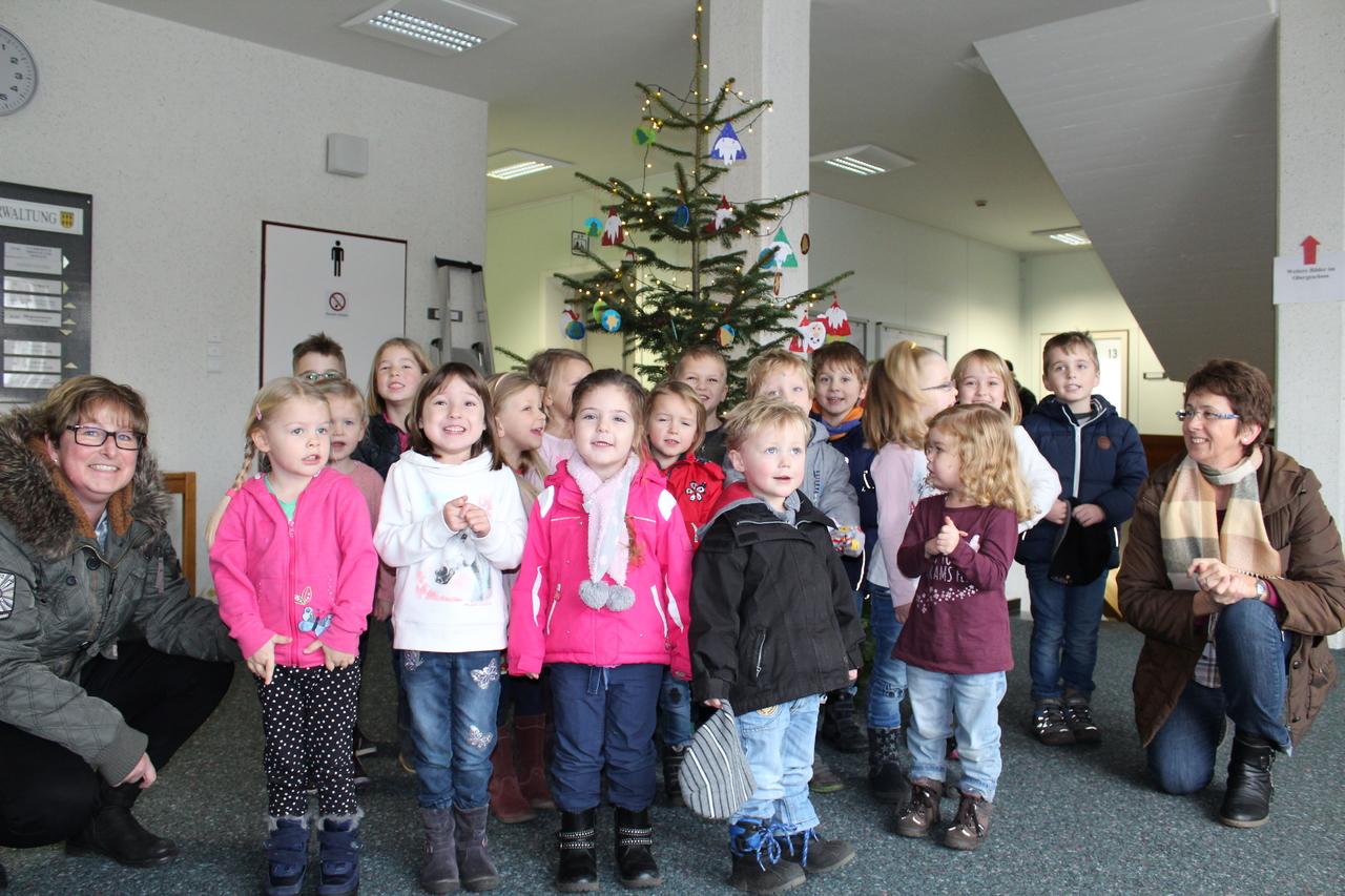 Die Kinder freuen sich: Den Weihnachtsbaum im Scheeßeler Rathaus zieren jetzt ihre gebastelten Kunstwerke. Foto: Ann-Christin Beims