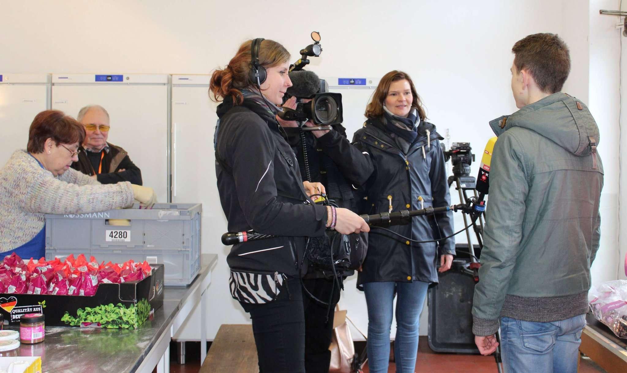 Das Kamerateam und Redakteurin Carmen Niemann befragen den Elftklässler Michel Matthies zu seiner ehrenamtlichen Arbeit für die Tafel. Fotos: Ann-Christin Beims