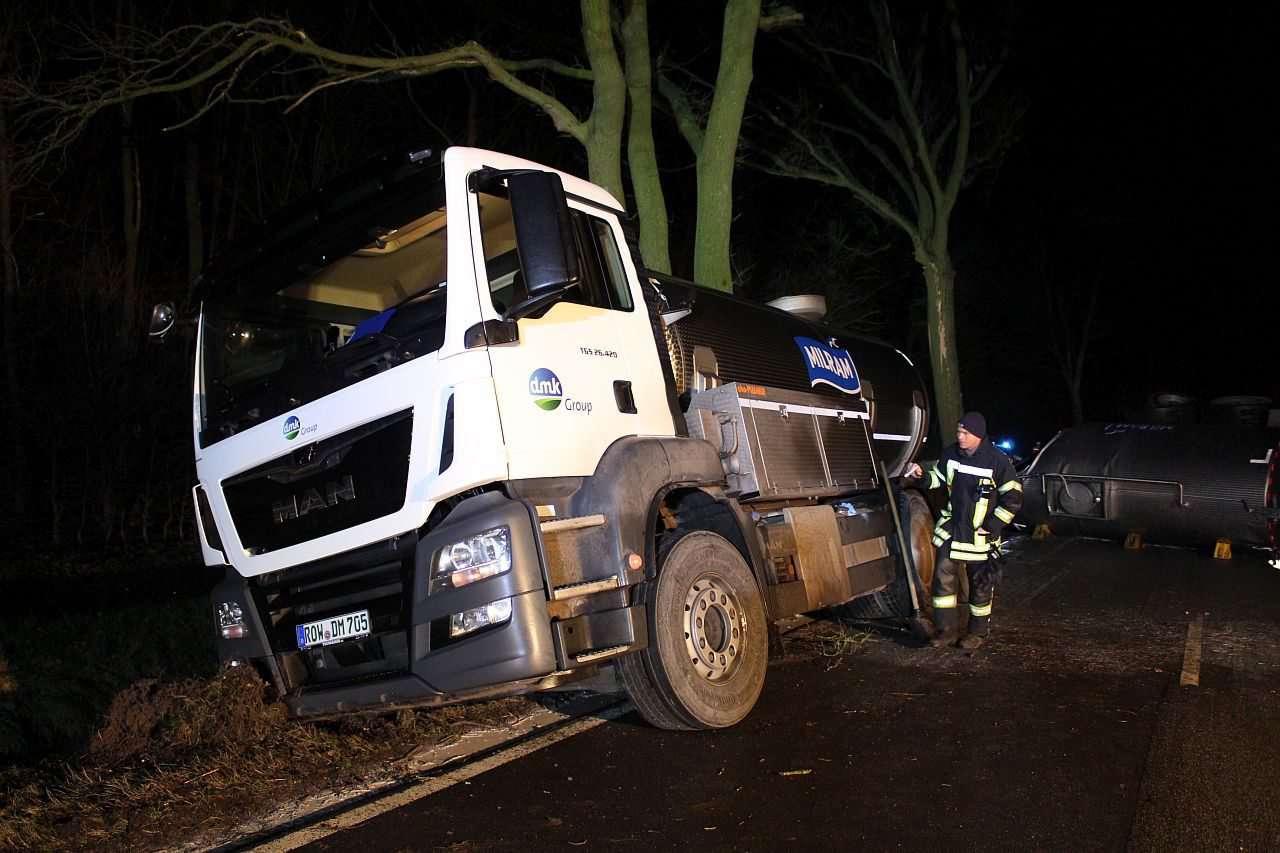 Ein umgekippter Milchlaster sorgte für einen nächtlichen Einsatz. Foto: Freiwillige Feuerwehr Scheeßel