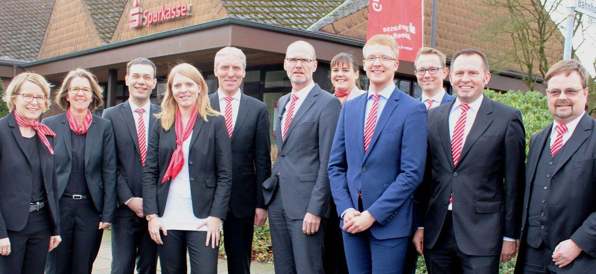 Vorstand Olaf Achtabowski (von rechts), Vorstandsvertreter Klaus Schröder und Marktbereichsleiter Steffen Brunckhorst mit seinem Team, das ab April in Scheeßel und Fintel tätig ist