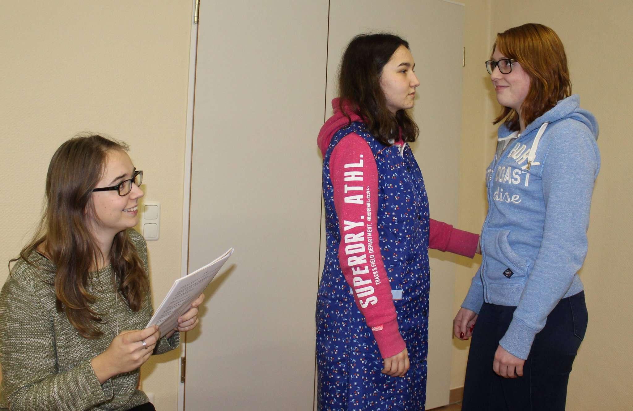 Souffleuse Jennifer Tietjen (links) ist stets zur Stelle, falls Britt Everding (Mitte) oder Mara Behrens einmal ihren Text vergessen sollten. Foto: Ann-Christin Beims