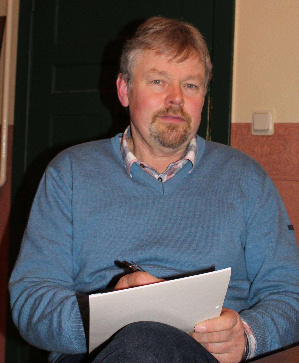 Während die Anklageschrift verlesen wird, macht sich Jürgen Rademacher Notizen zu dem Fall. Foto: Ann-Christin Beims