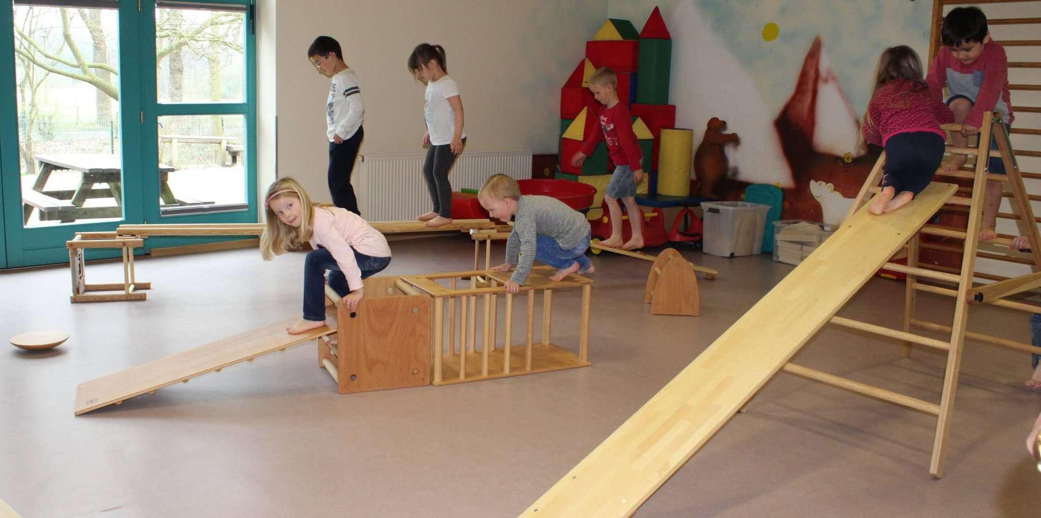 Die Kinder spielen gerne im Bewegungsraum und probieren aus, was sie sich zutrauen. Foto: Ann-Christin Beims