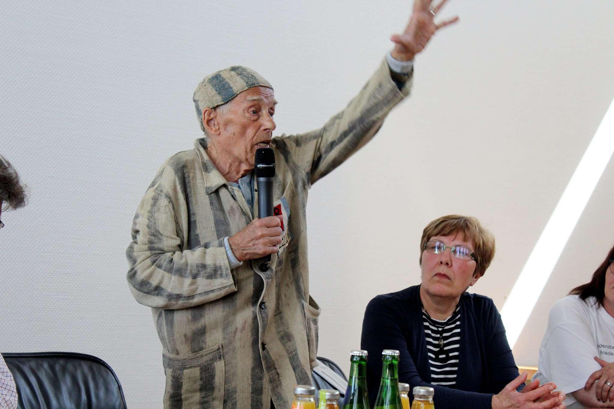Mit vielen Gesten unterstreicht Alexander Bychok seine Erzählungen über den Krieg. Foto: Ann-Christin Beims