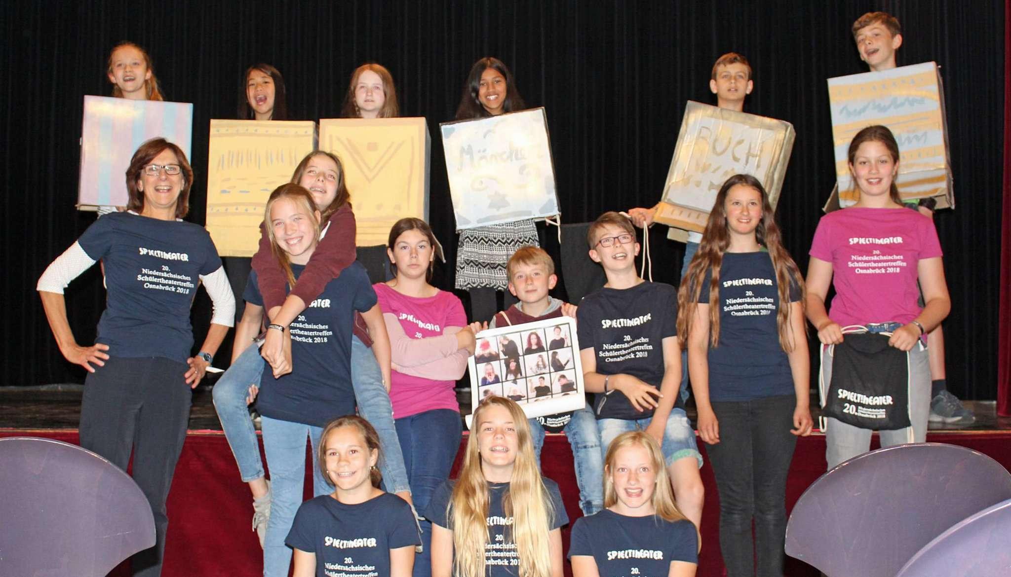 Auch wenn es kleinere Hürden gab, die Sechstklässler sind stolz auf ihre Leistung und dass sie beim Schülertheatertreffen dabei sein konnten. Foto: Ann-Christin Beims