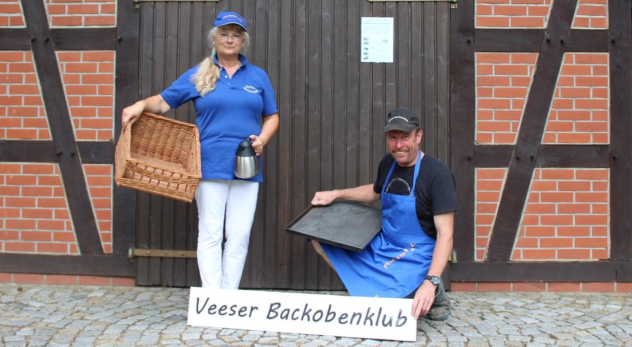 Wiebke Peters und Dieter Bellmann suchen die Utensilien für das Backofenfest zusammen. Foto: Ann-Christin Beims