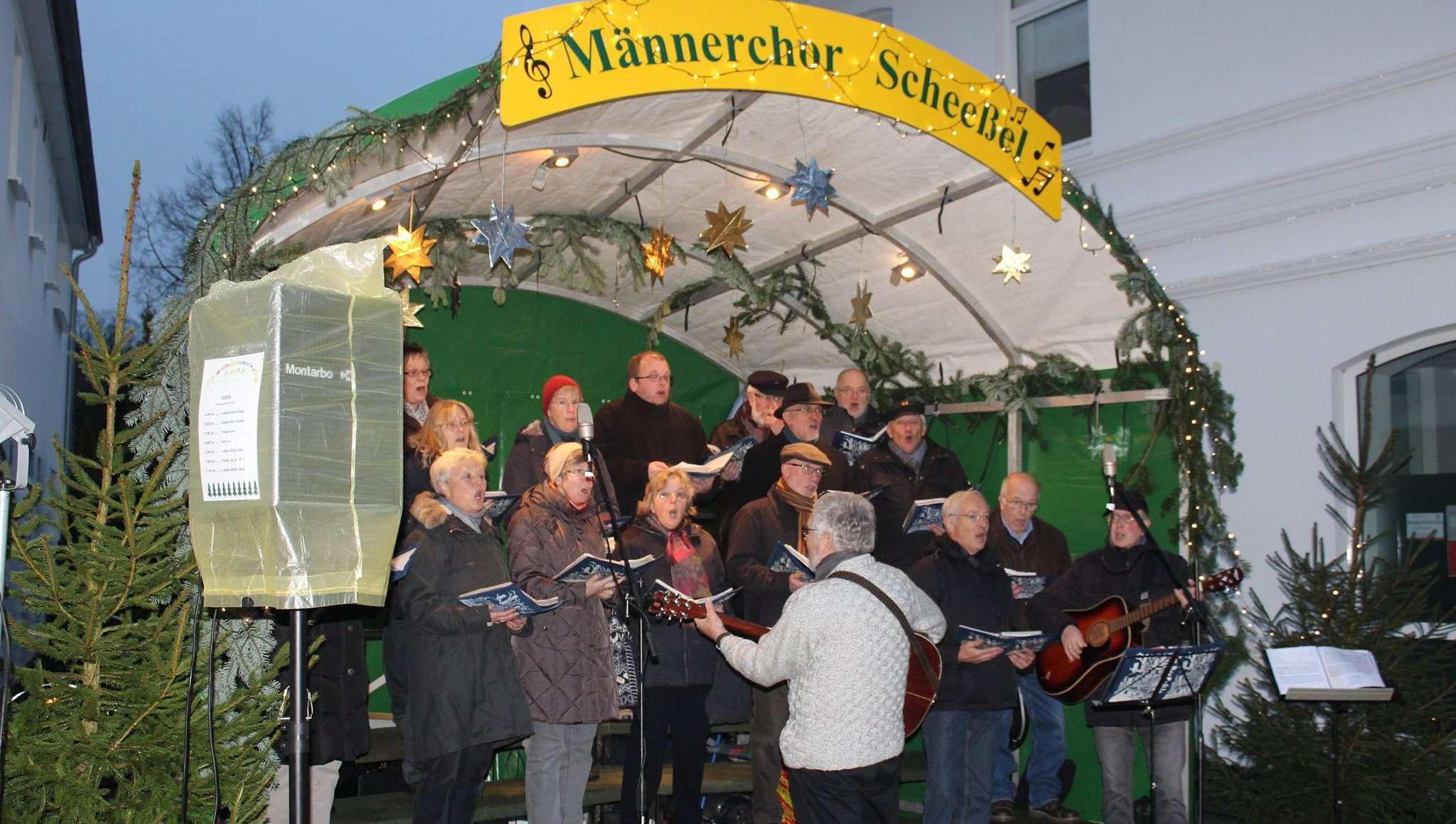Der Männerchor mit seinen sangesfreudigen Gästen bleibt weiterhin ein Teil des Weihnachtsmarktes im Beekeort.