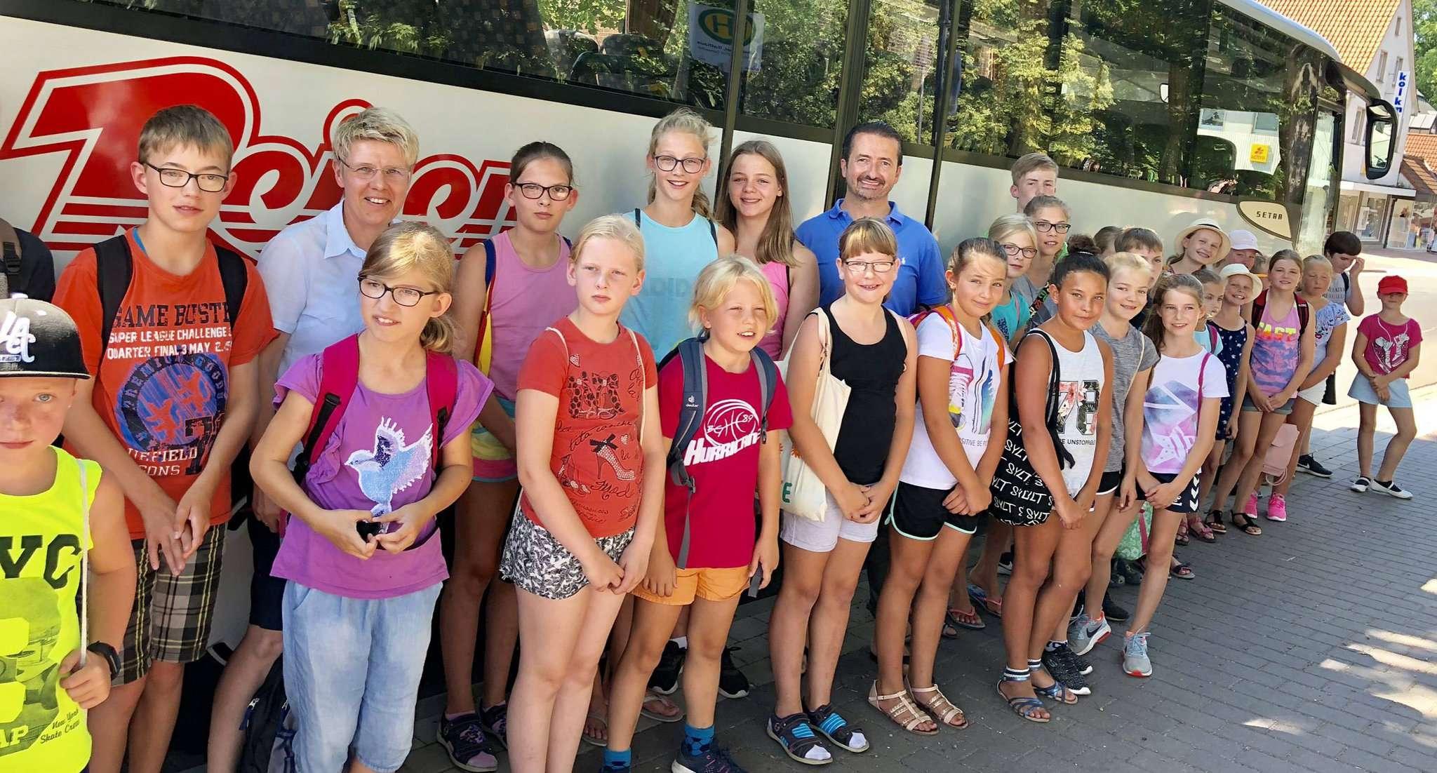 Tilo Helmschmied wünschte den Kindern vor ihrer Abfahrt nach Hamburg viel Spaß beim Ferienprogramm.